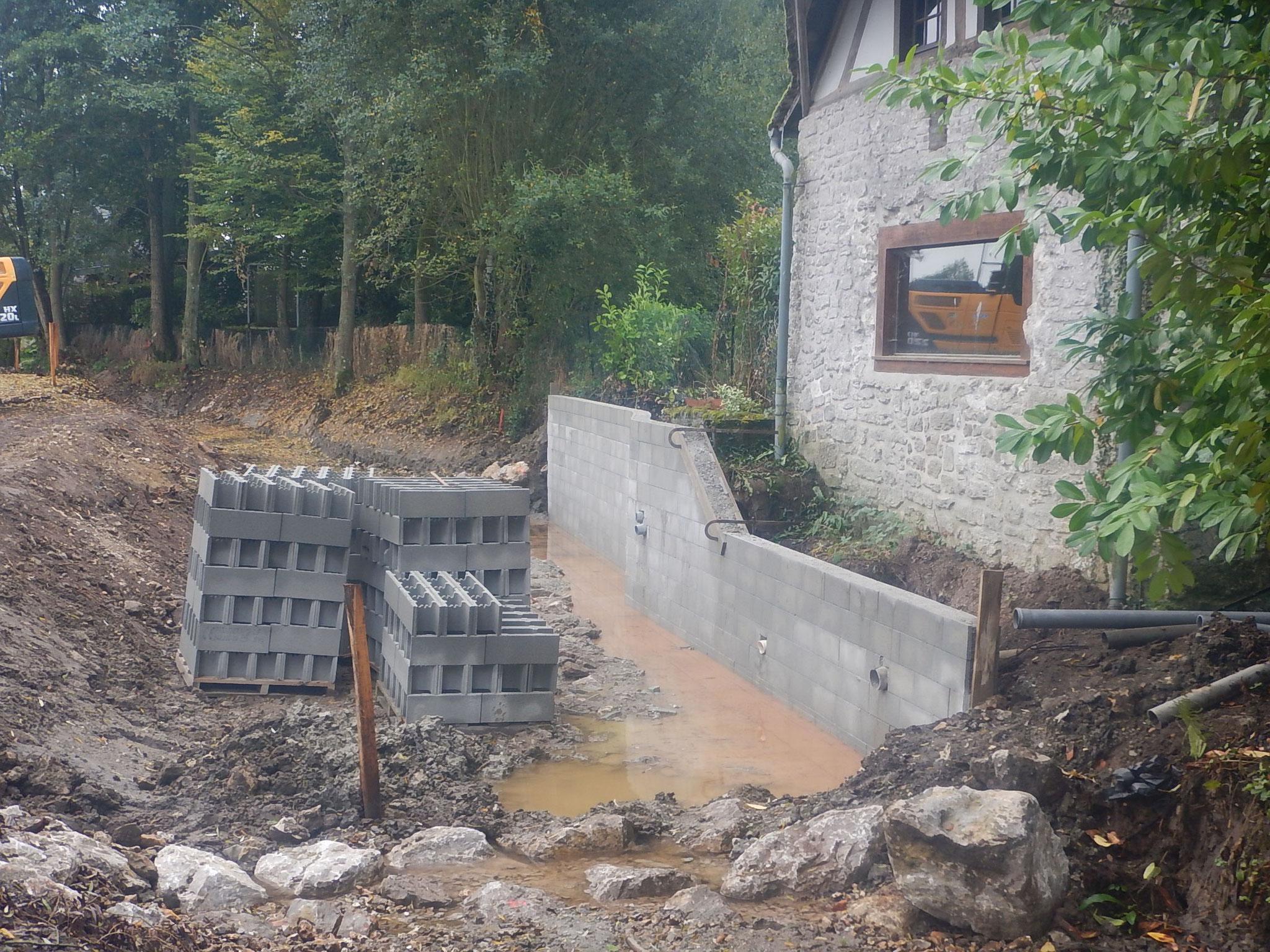 Mûr reconstitué en lieu et place de l'ancien canal d'alimentation de la roue