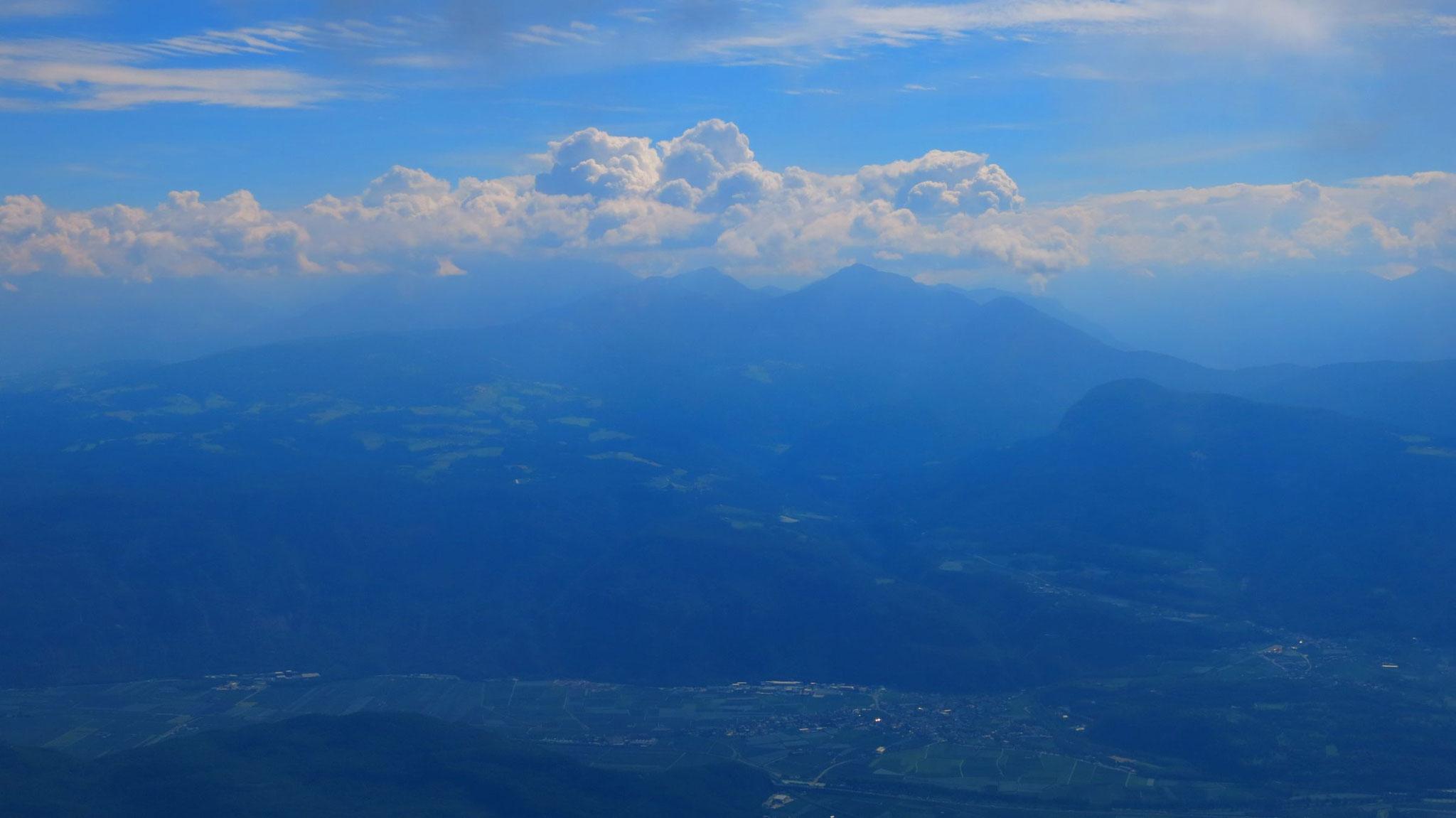 Etschtal, dahinter Weiß- und Schwarzhorn, Rosengartengruppe links in Wolken