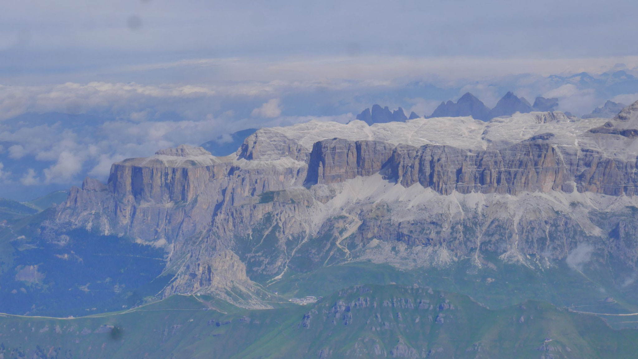 Sella, dahinter die Spitzen von Gran Fermeda - Sass Rigais - Furchetta in der Geisler-Gruppe