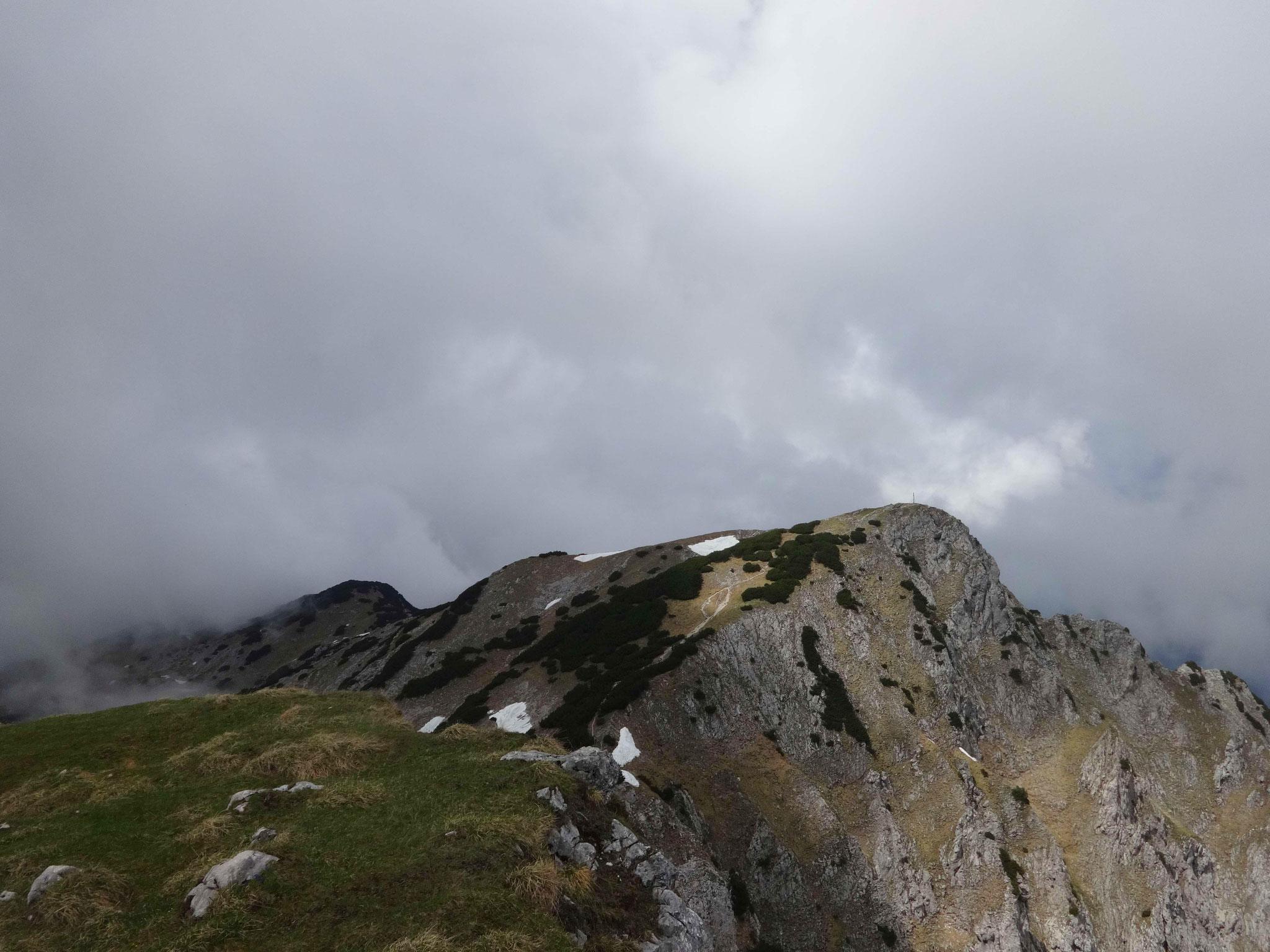 ...die uns ohne Gipfelkreuz, aber mit einem Steinmann empfängt.