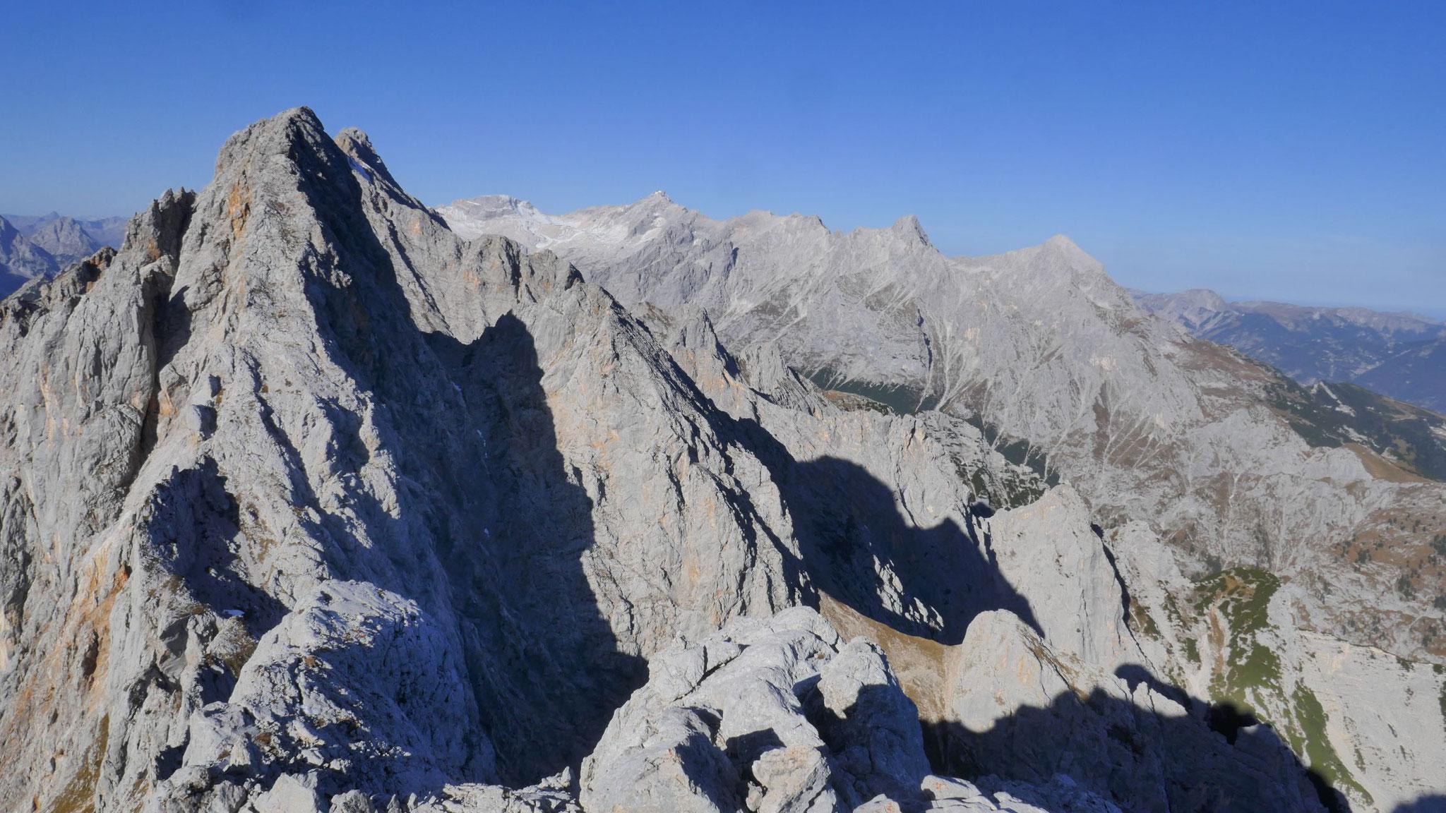 Oberreintalschrofen, dahinter Zugspitze mit ihren Graten