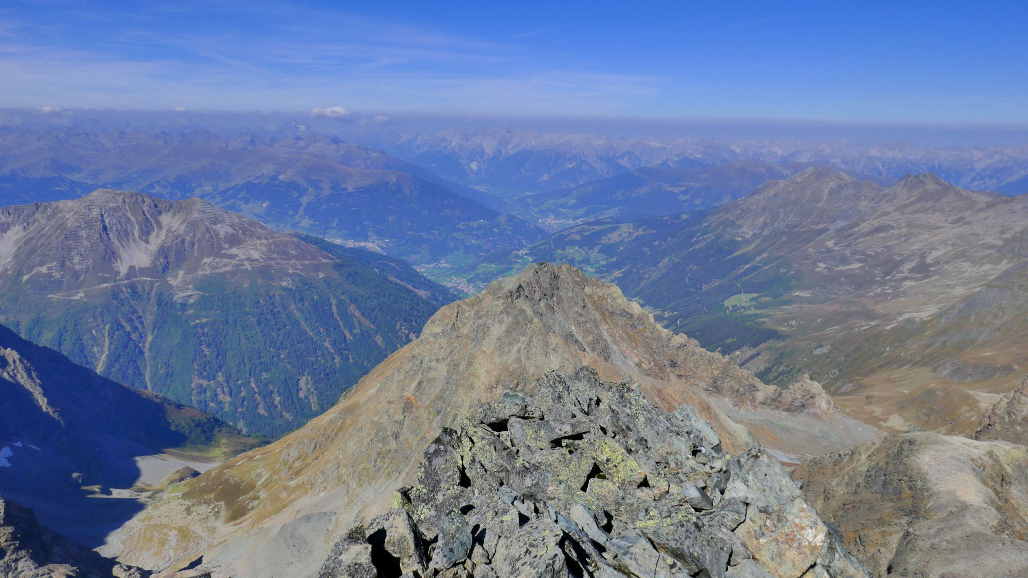 Links Skigebiet Serfaus-Fiss-Ladis, dahinter Verwall und Lechtaler