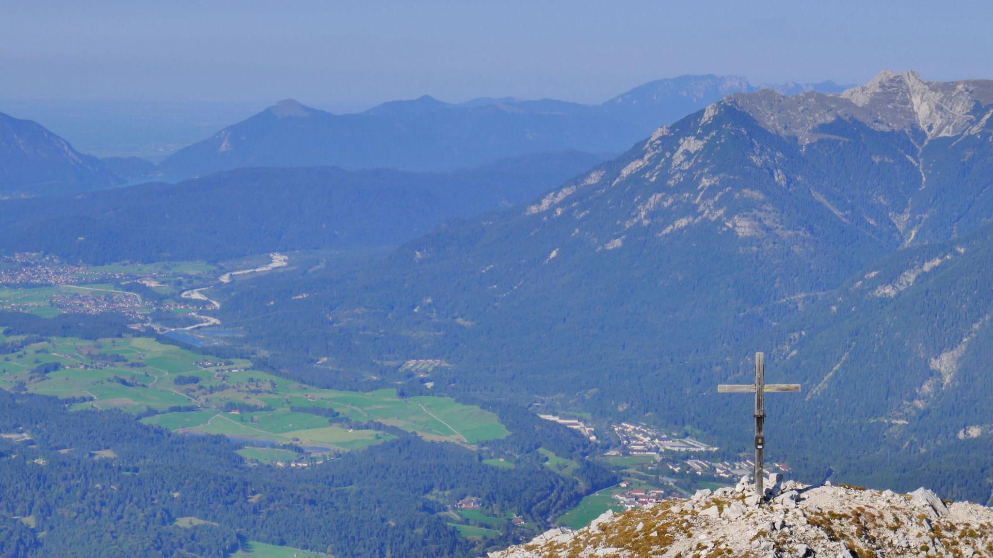 Kreuzgipfel Gr. Arnspitze, im Tal Mittenwald und Krün