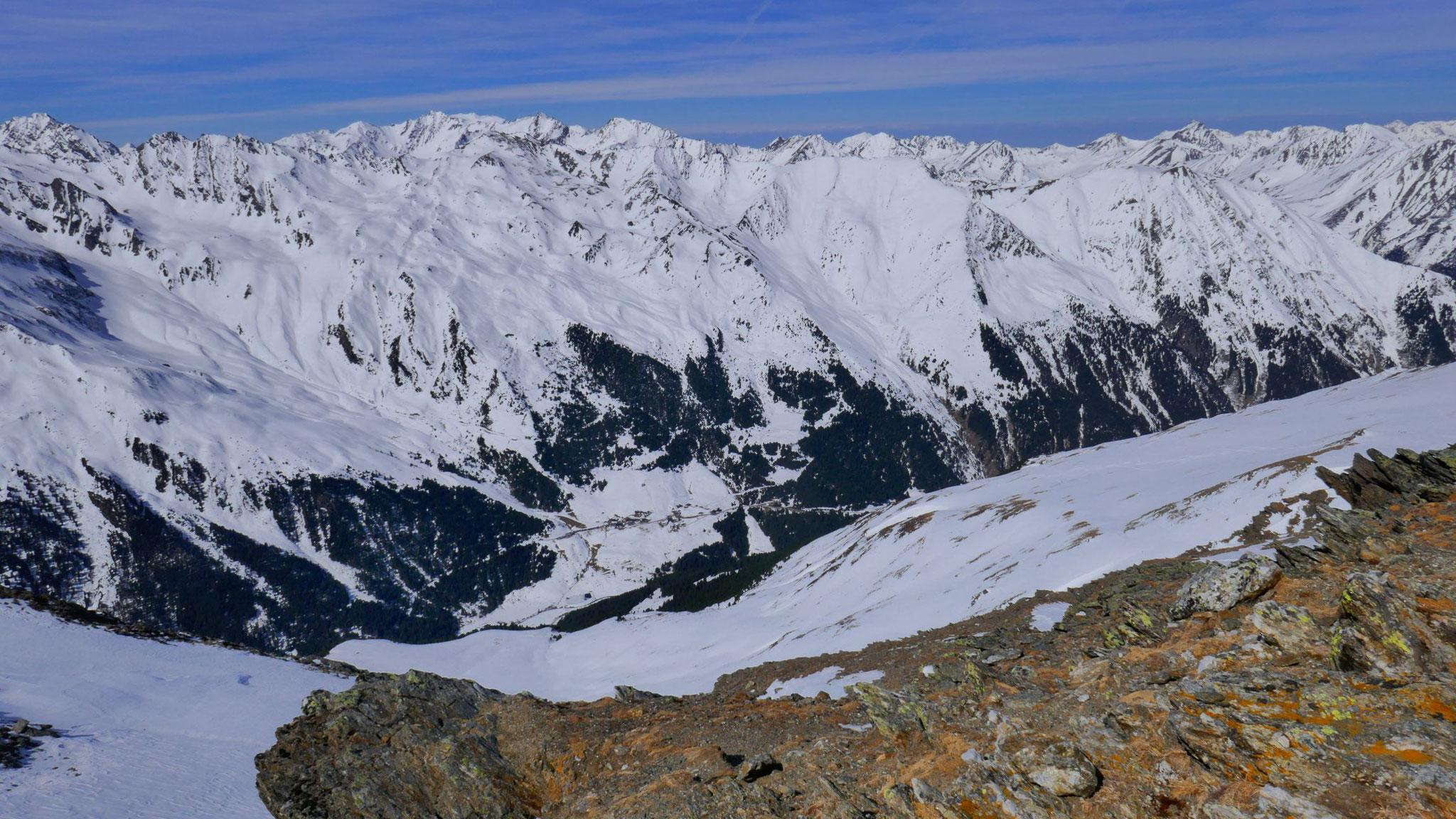 Tiefblick Praxmar, dahinter die nordwestliche Stubaier rund um Kühtai