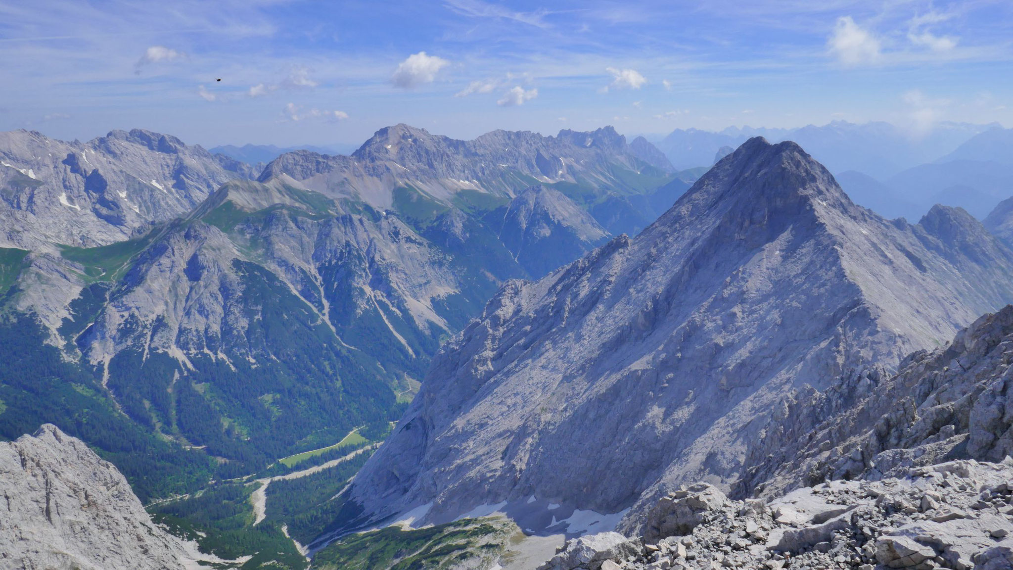 Östliches Wetterstein, Ostteil der Mieminger, am Horizont das Karwendel