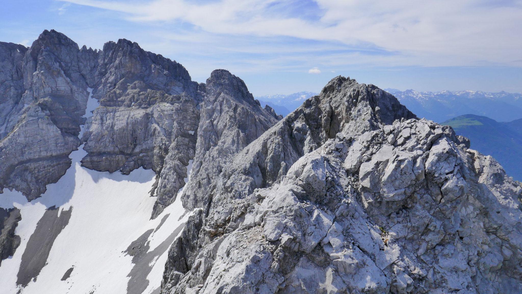 Hinüber zum Südgipfel (II), dahinter Marienbergspitzen und links der Grünstein