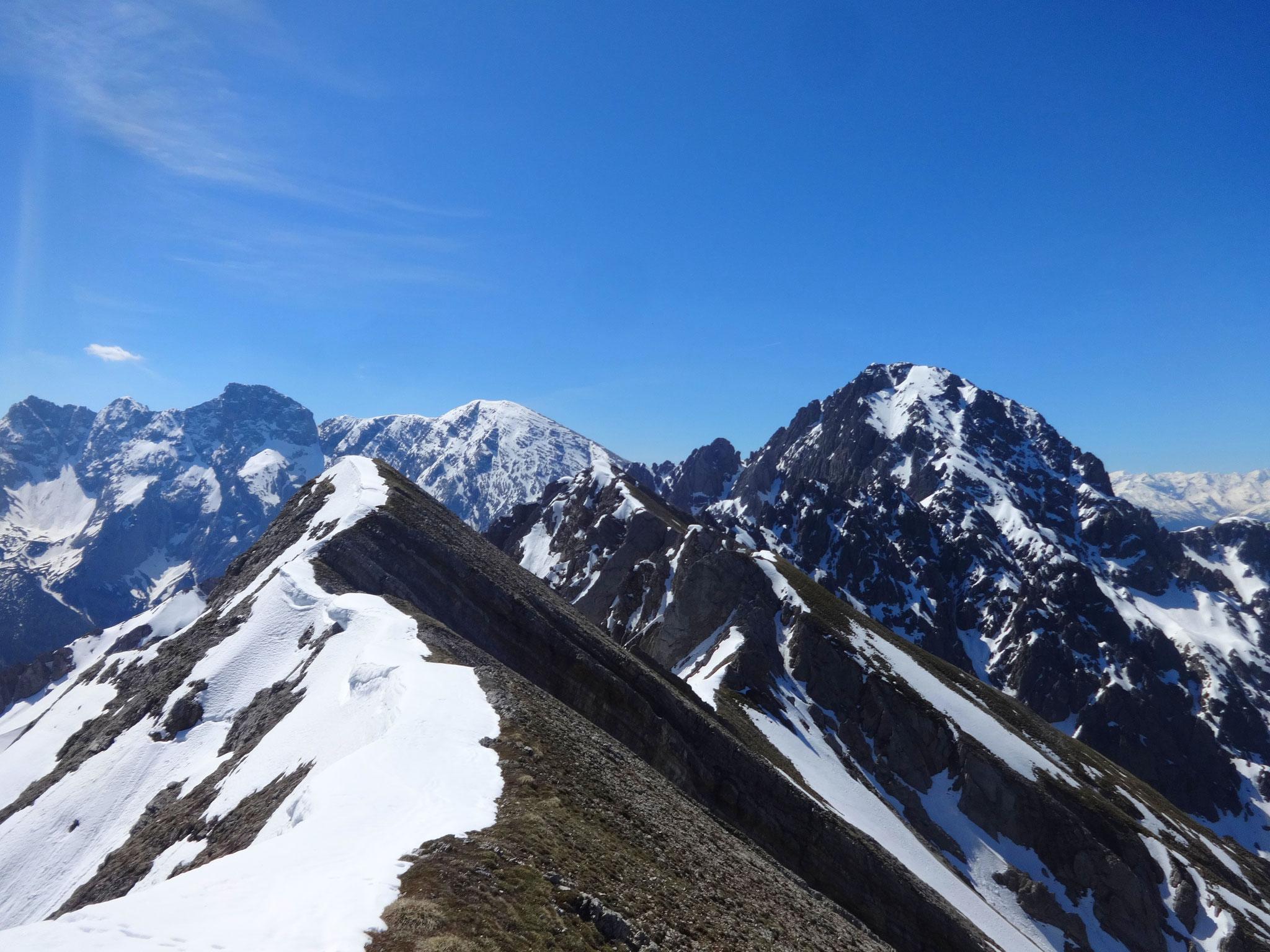 Ein Blick zurück auf den Aufstiegsweg (der höchste Punkt ist die Samstagkarspitze/2196 m)...