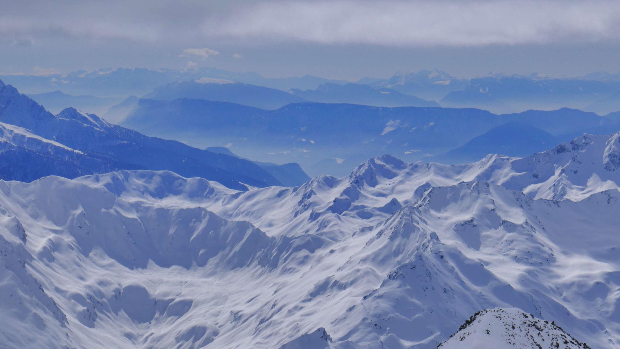 Südtiroler Unterland, in der Ferne Brenta und Adamello
