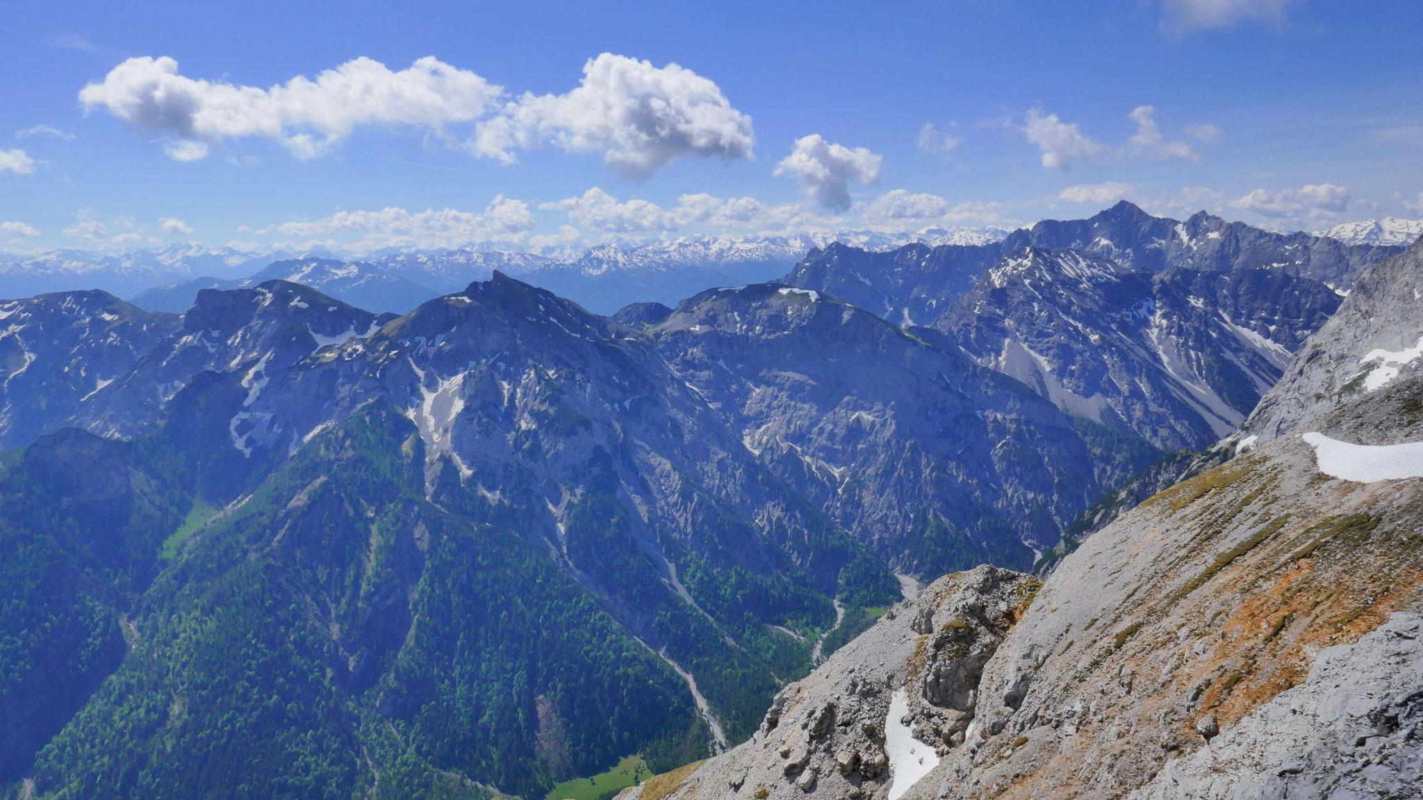 Raue-Knöll-Verzweigung, dahinter Hochnissl und Tuxer Alpen