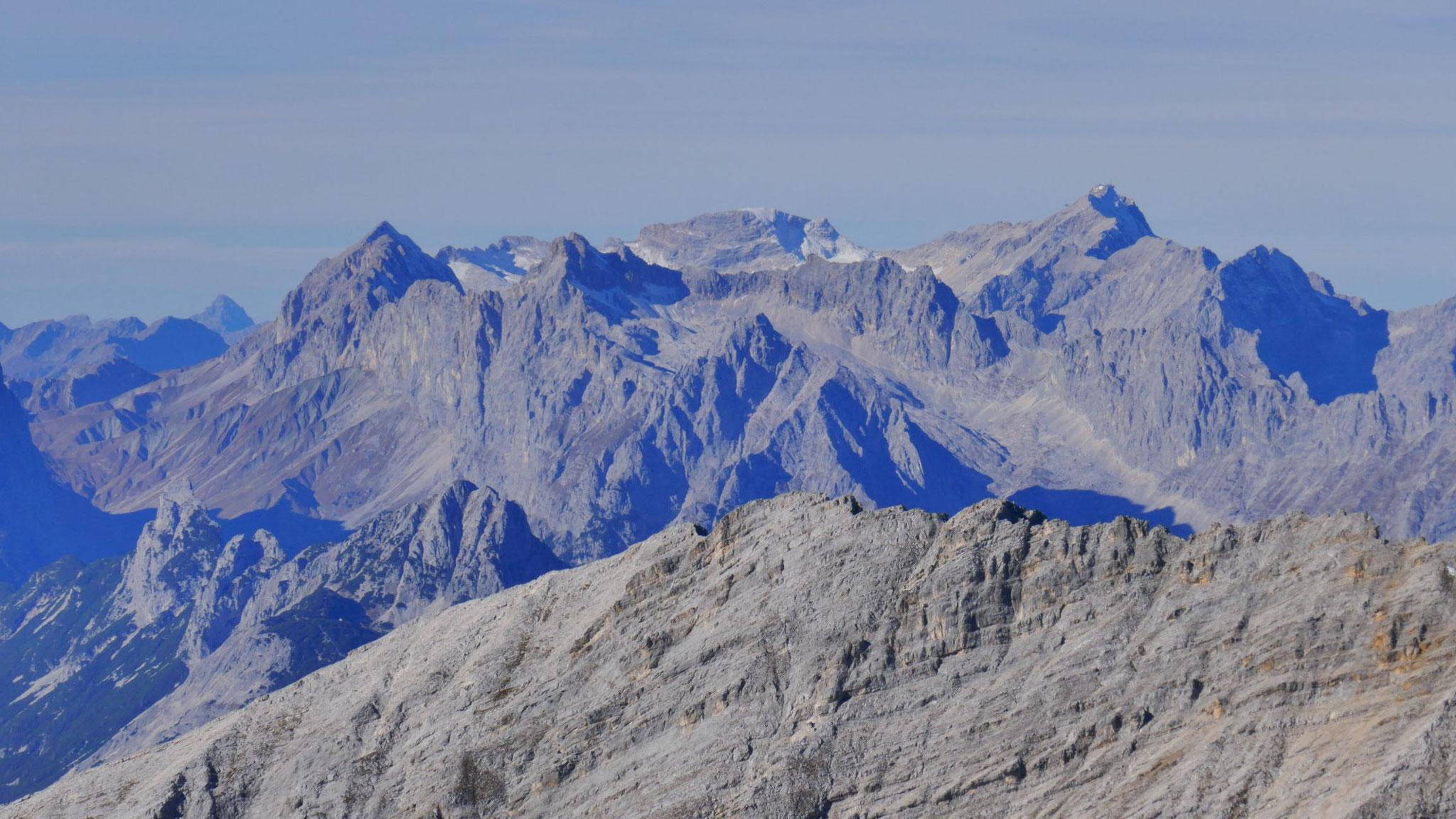 Wetterstein und Zugspitze (Holger kämpft sich gerade durch den Windwurf am Weg zum Kleinwanner :)