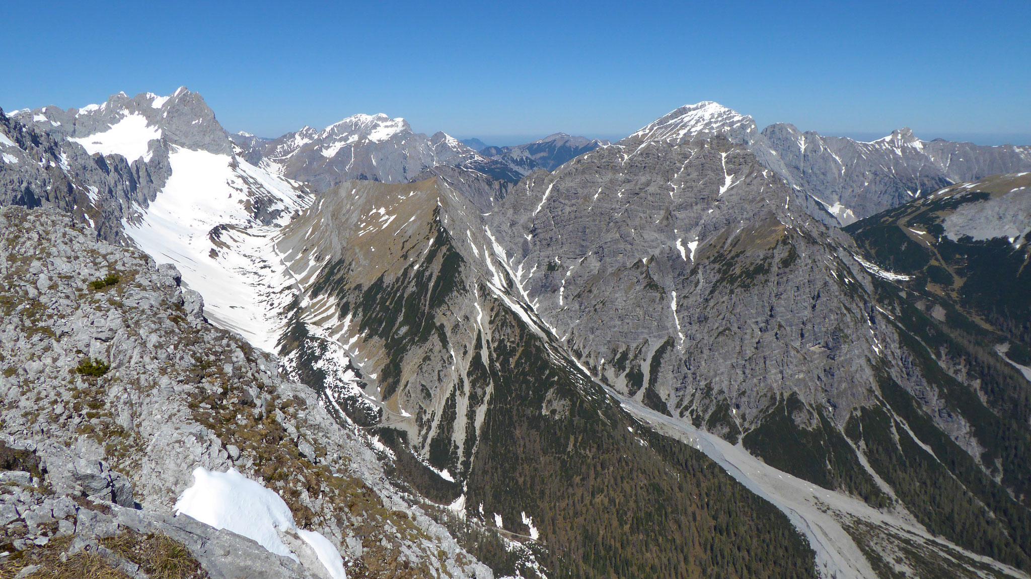 Ab ca. 1.800m nordseitig noch skitourentaugliche Verhältnisse
