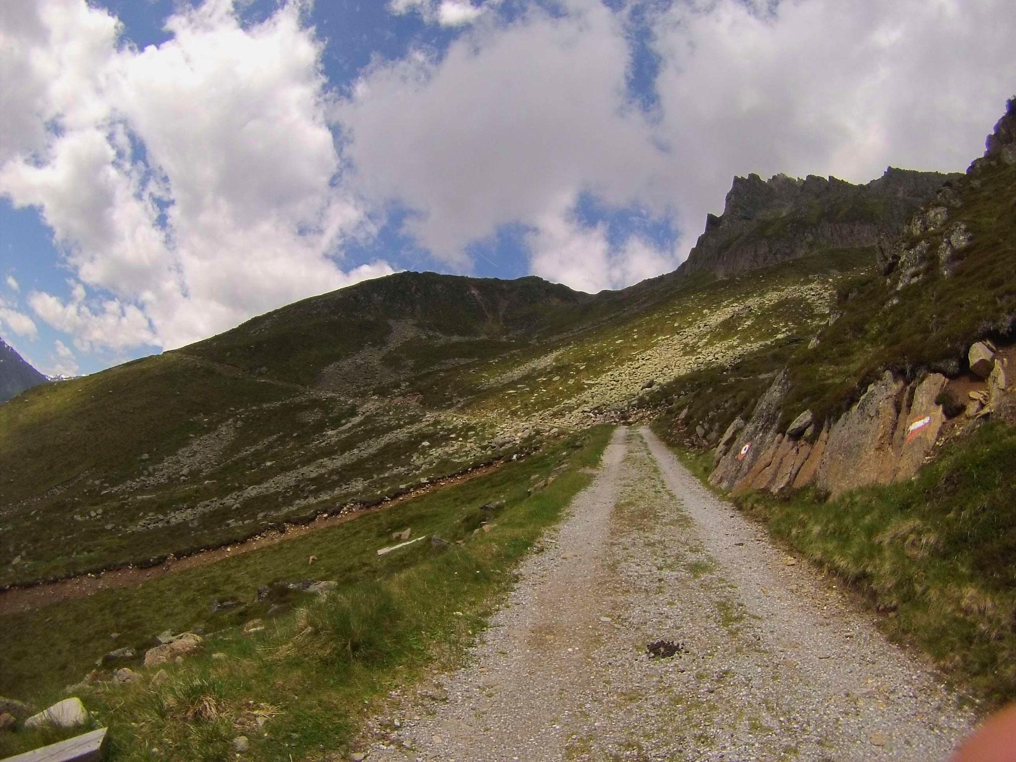 ...und der Weg führt vorbei an der Kreuzung mit dem Wanderweg, der am Ende unsere Tour abschließen wird.