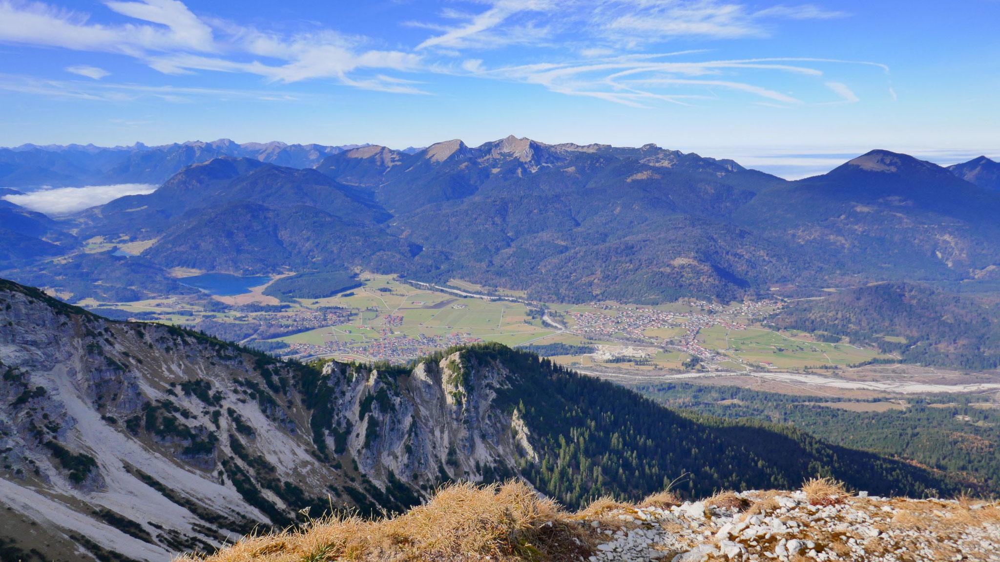 Krün und Walgau, dahinter Estergebirge
