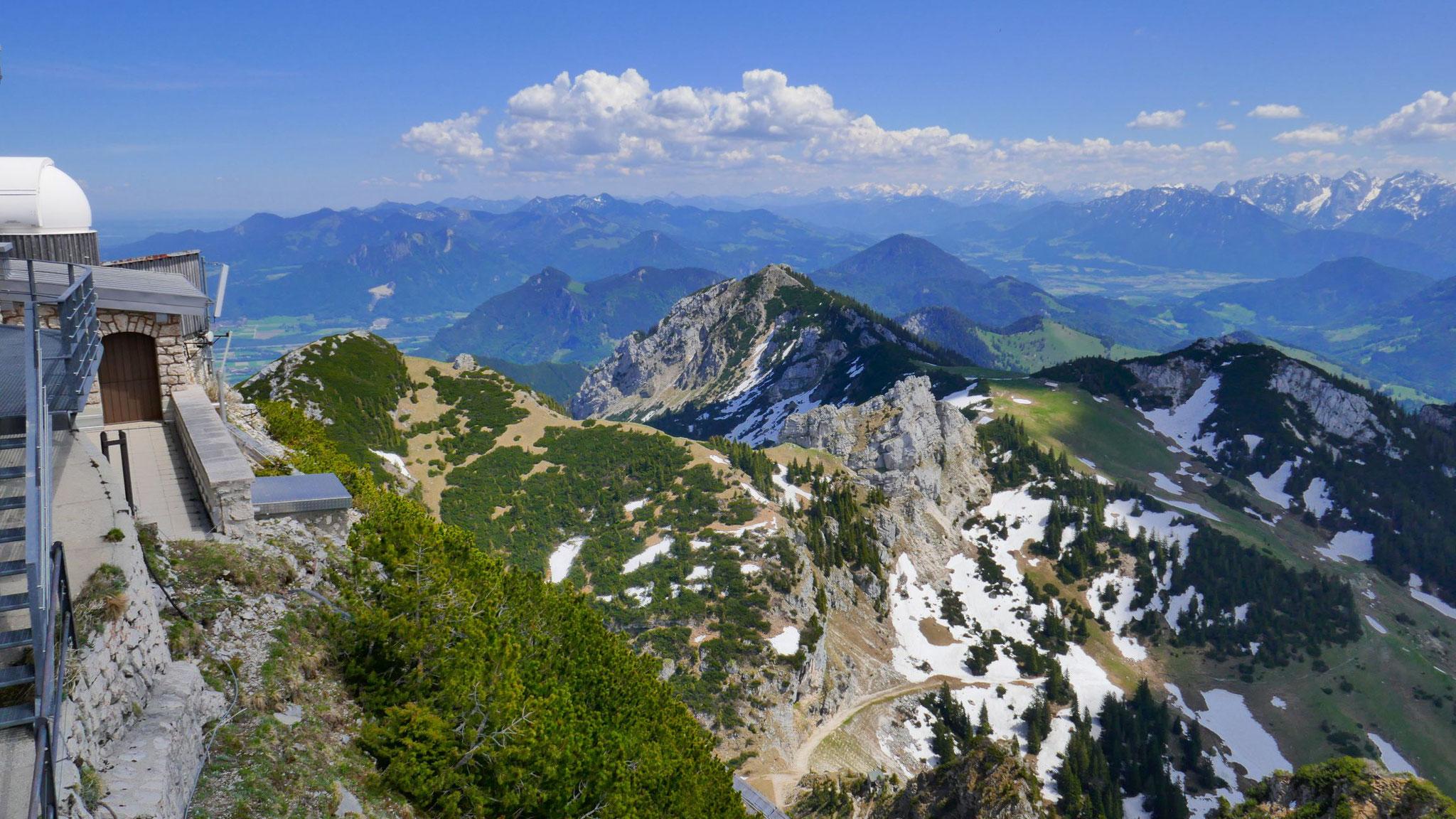 Nach Osten zu Wildalpjoch und Wildbarren und in die Chiemgauer, ganz rechts der Kaiser
