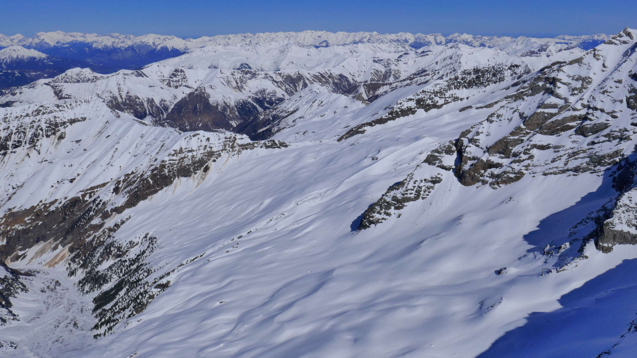 Alpeinalm mit Geraer Hütte, dahinter Tuxer Alpen