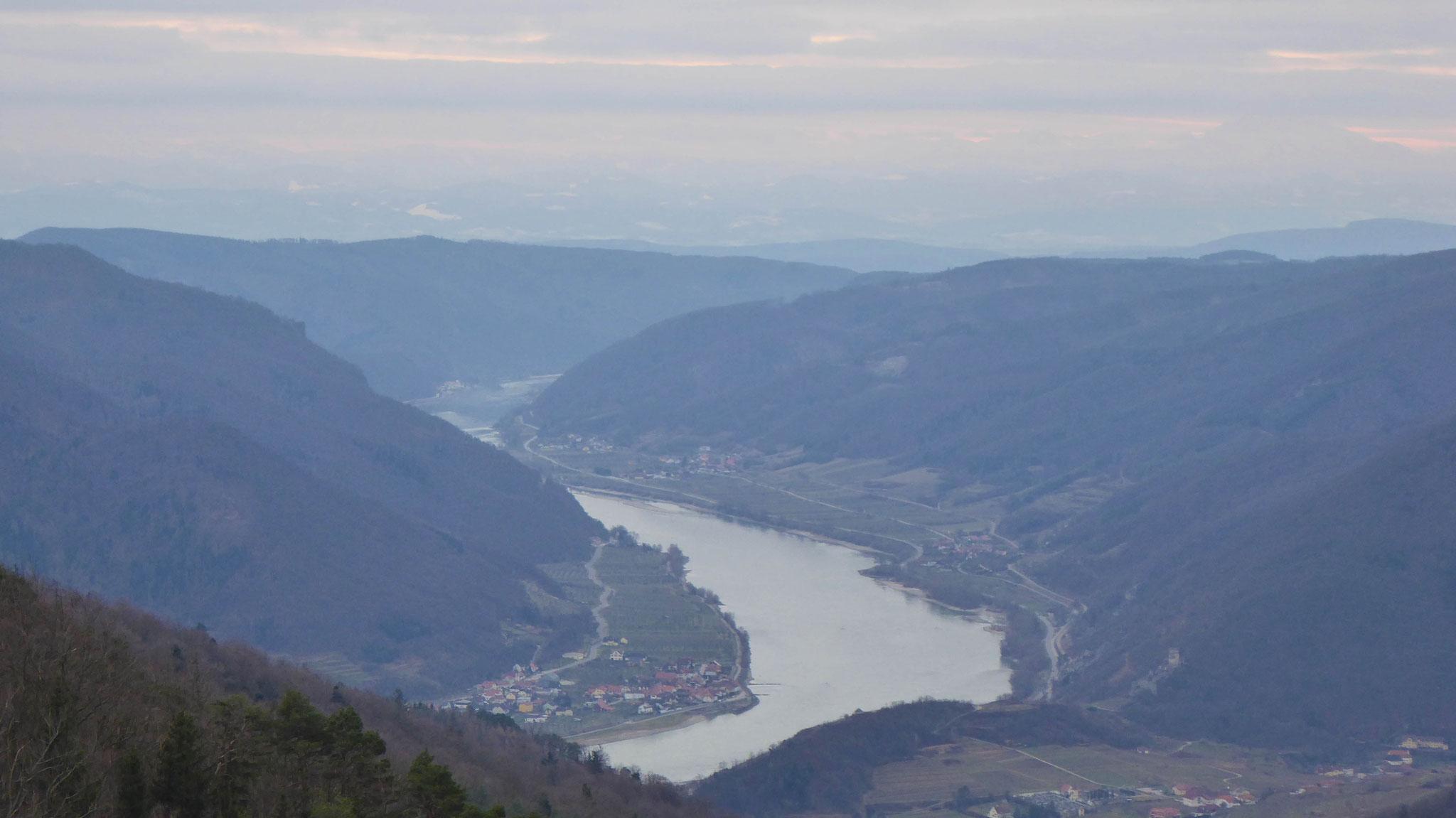 Donau zwischen Spitz und Melk, die Voralpen sind schemenhaft zu erkennen