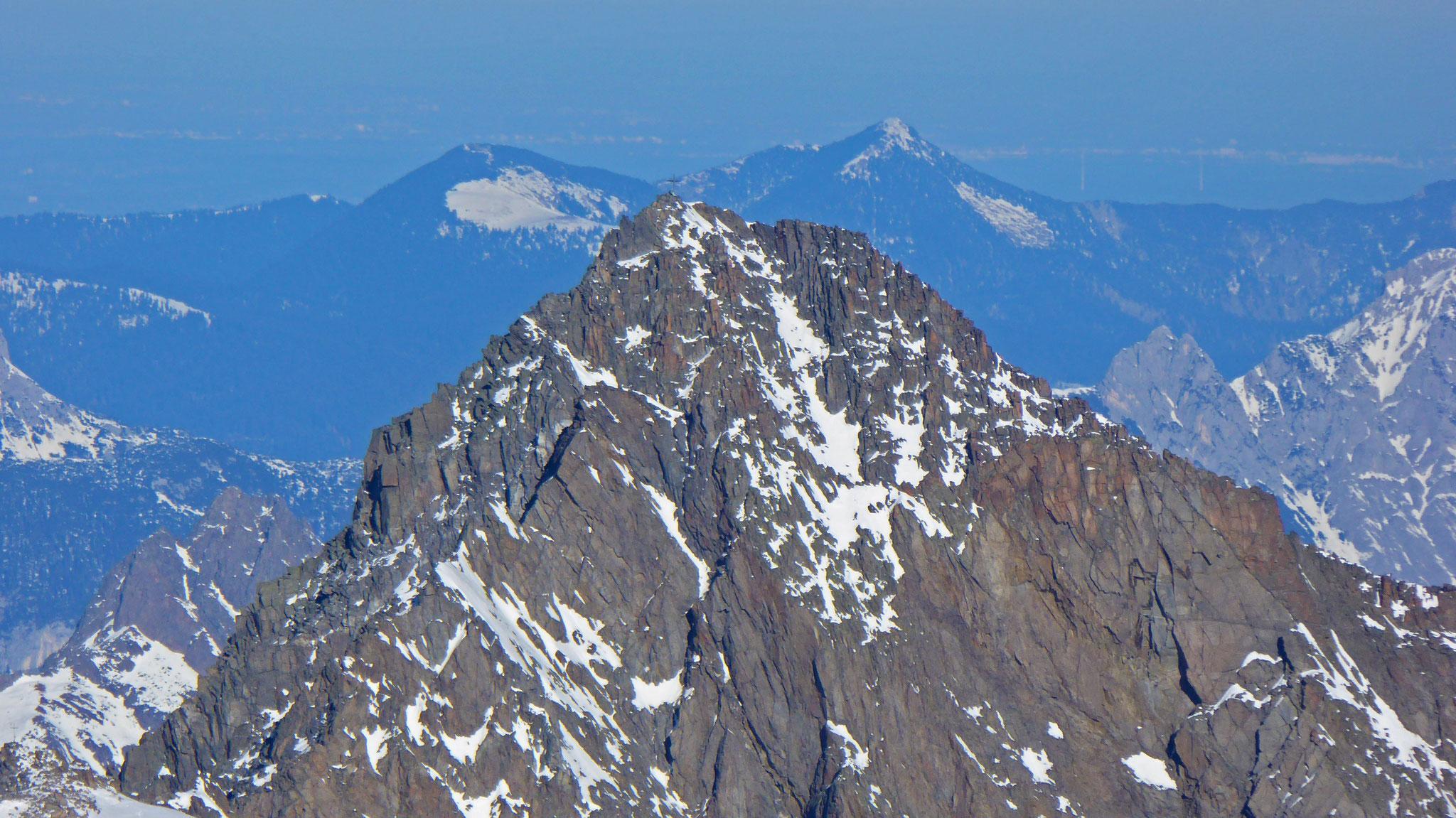 Fernerkogel Gipfel, flankiert am Horizont von Simetsberg und Heimgarten