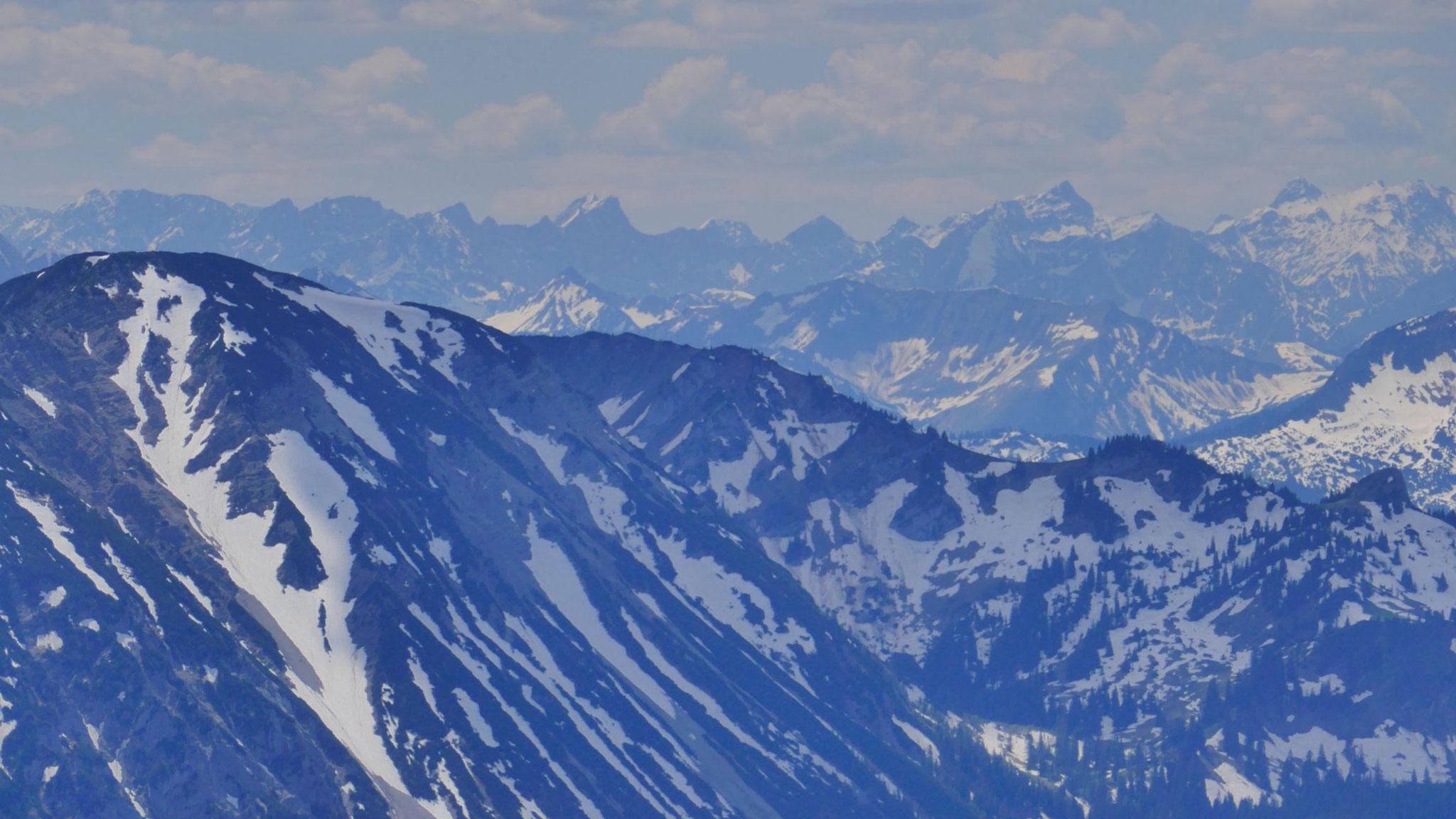 Links Hochmiesing, dahinter Karwendel