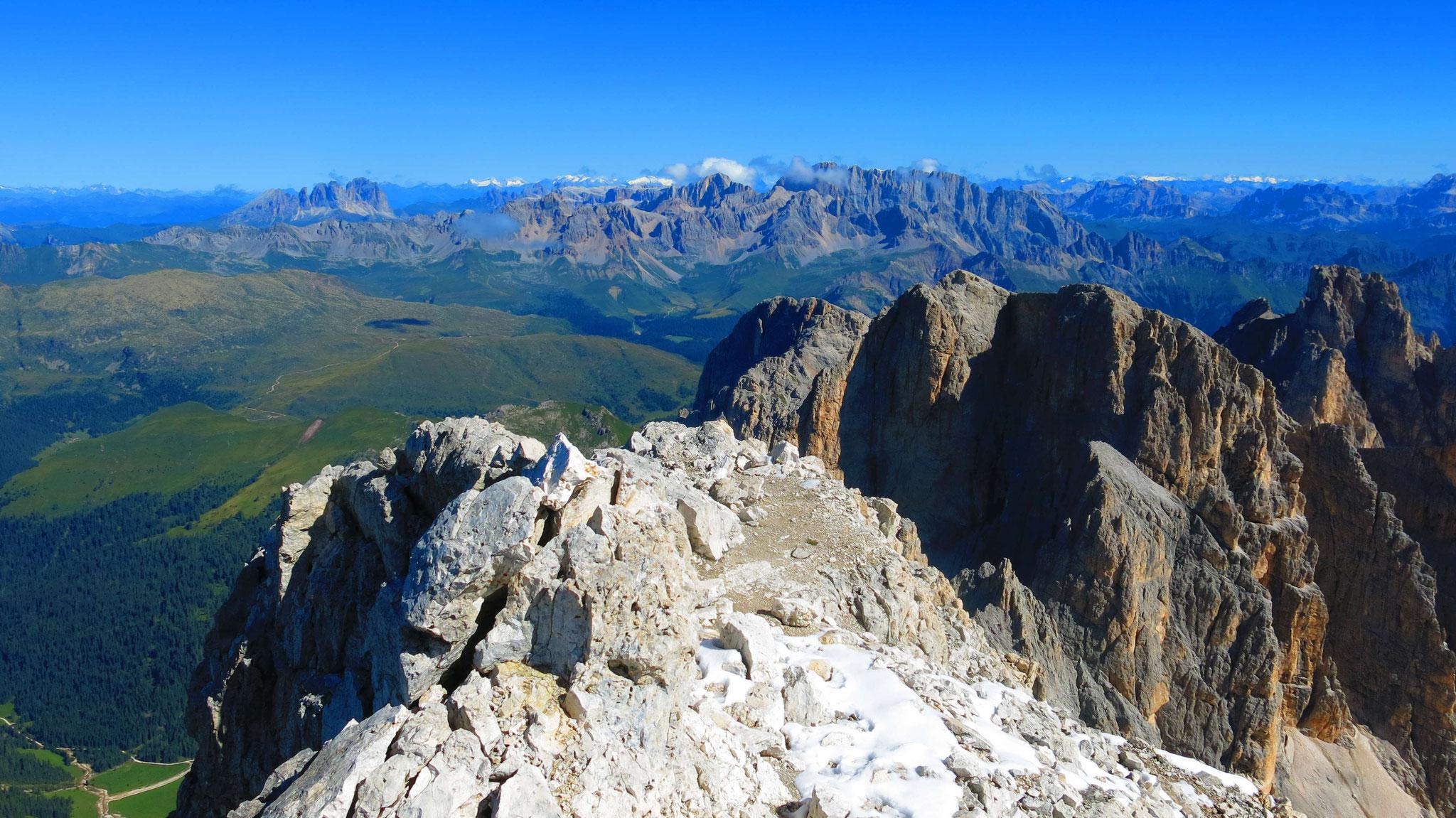 Marmolada, im Norden die Gletscherberge zwischen Olperer und Großvenediger