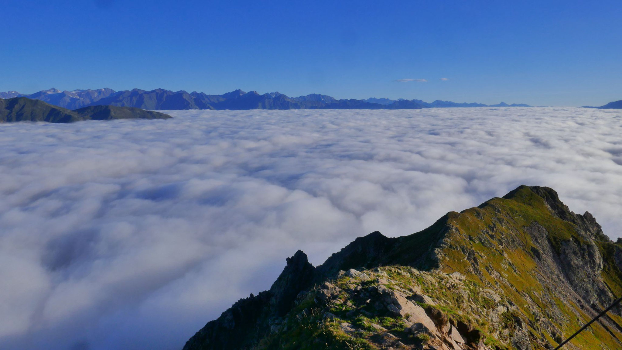 Ötztaler Alpen mit Texelgruppe, das Meraner Becken unter der Nebeldecke