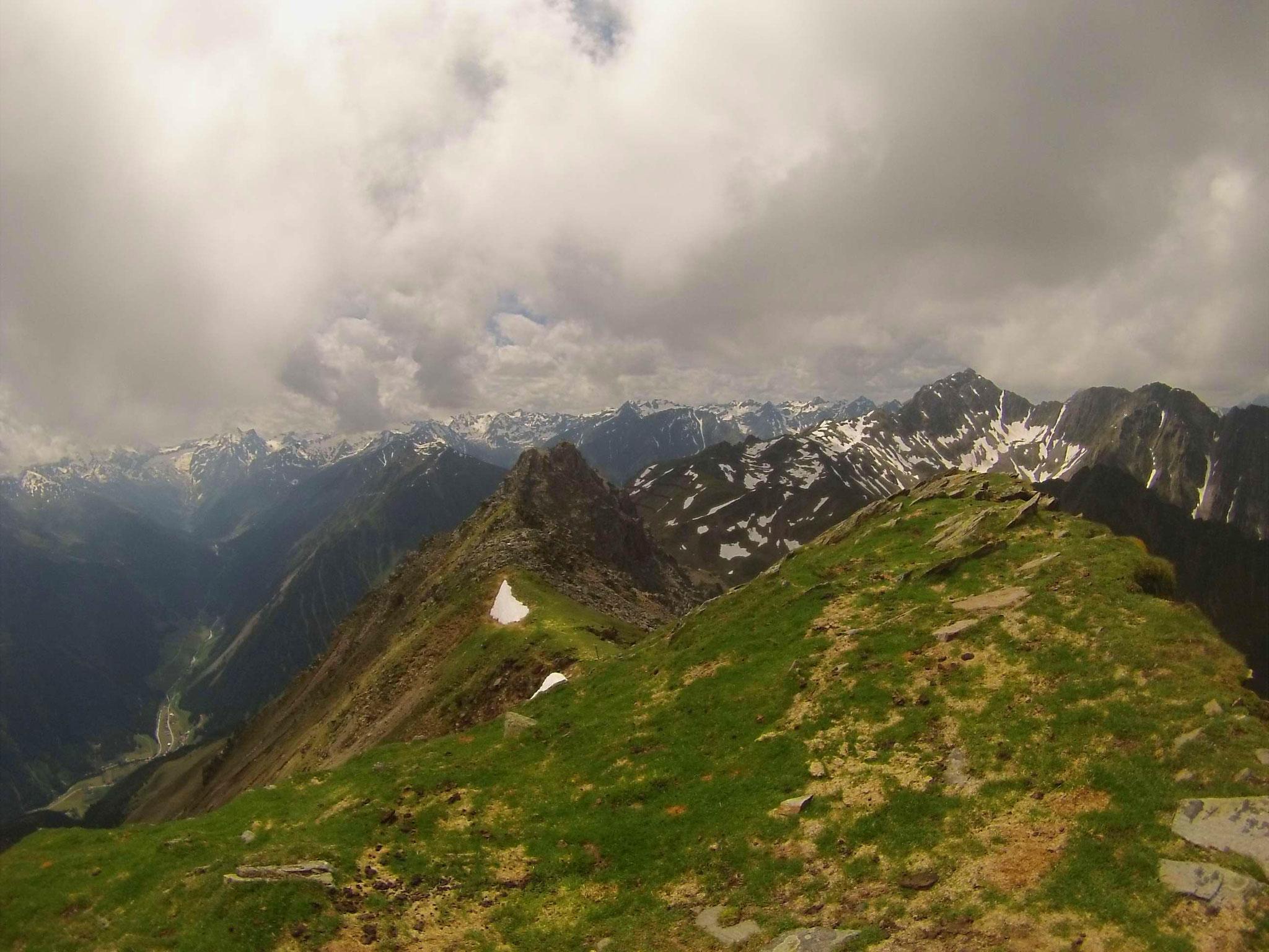 Bereits am Gipfel des Rosskogel - beim Umdrehen zeigt sich noch einmal der schöne Weg.