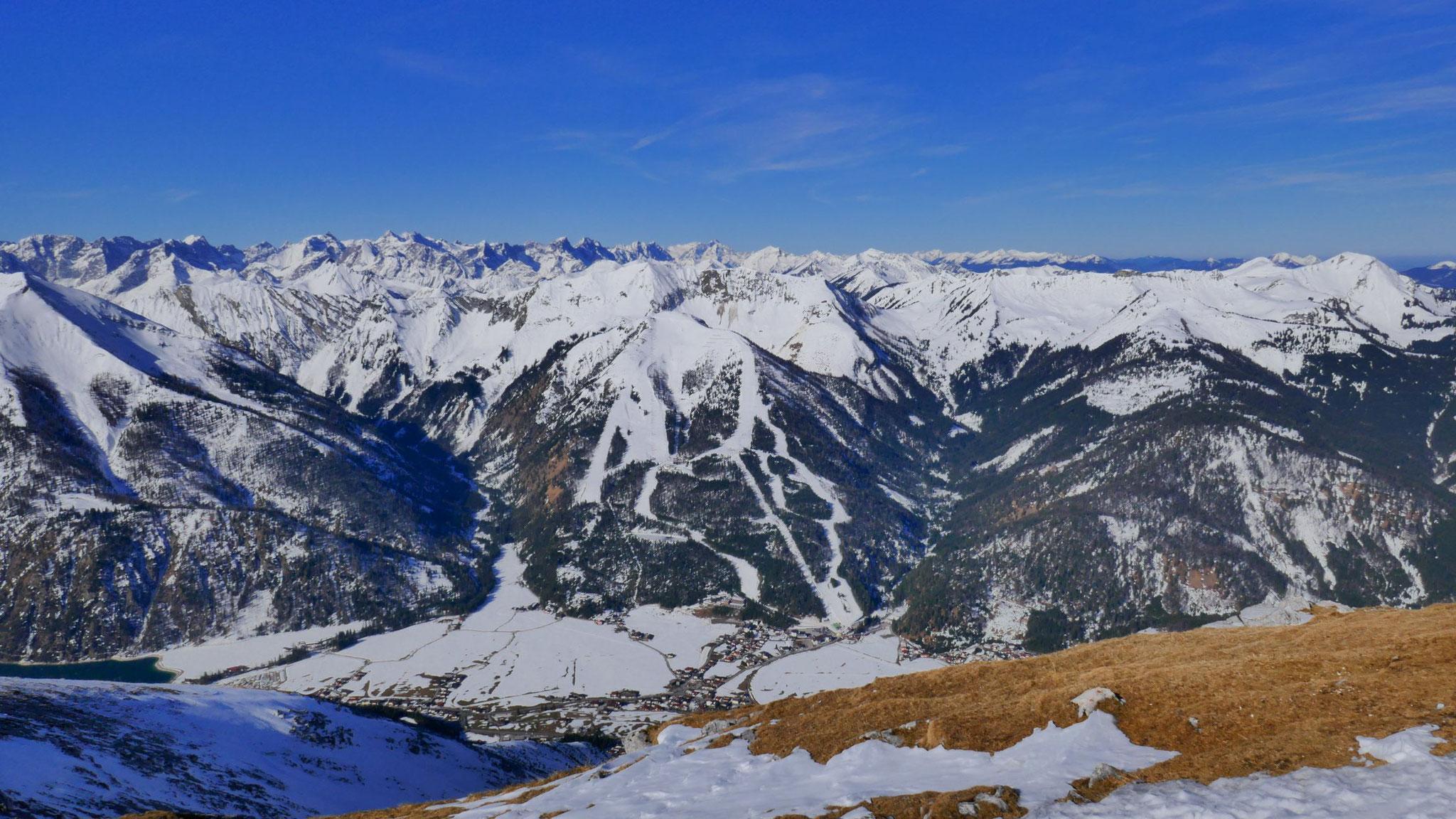Vorkarwendel, im Vordergrund Achenkirch und Skigebiet Christlum
