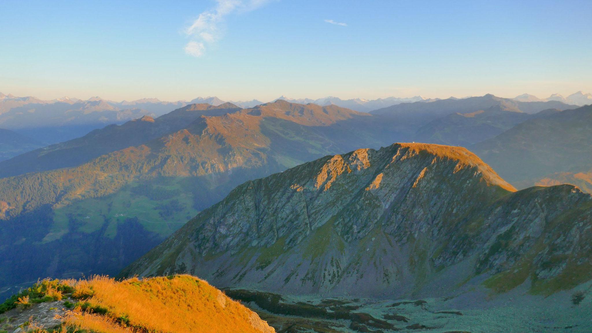 Östliche Tuxer Alpen, am Horizont die Zillertaler Gletscherberge