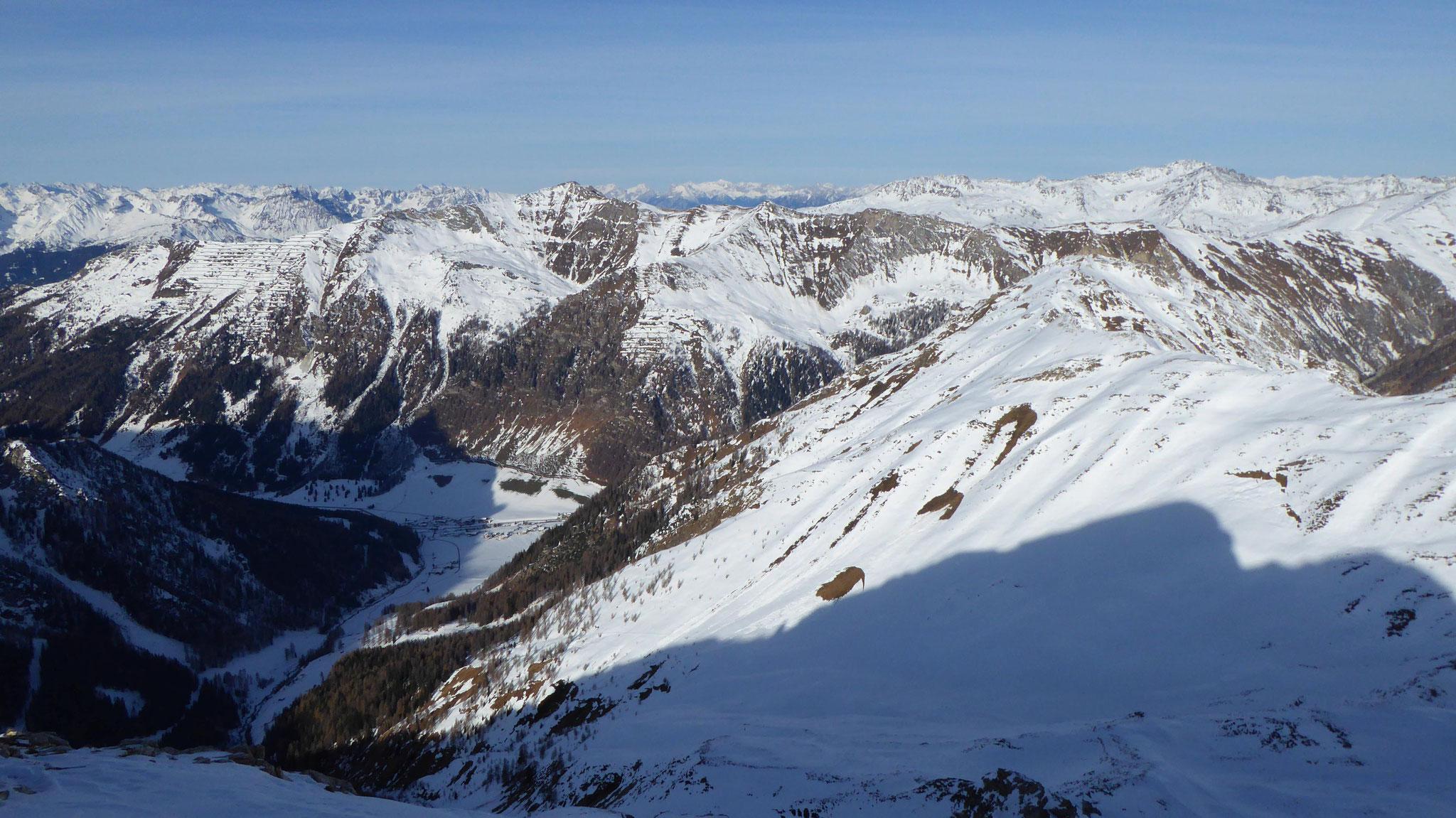 Schmirntal und südliche Tuxer, rechts der Kamm über den Riepen- zum Jochgrubenkopf