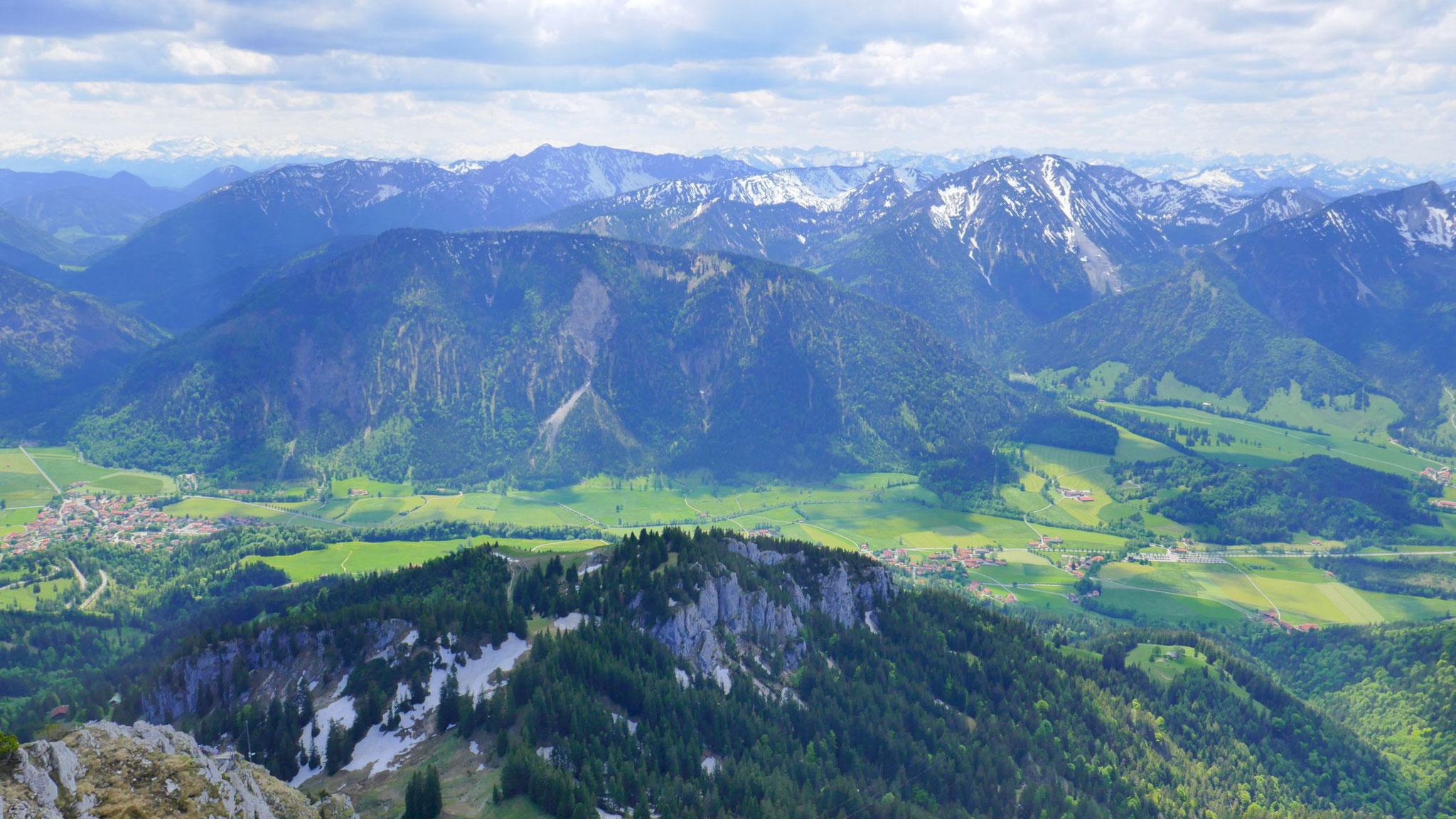 Im Süden dominieren Schönfeldjoch, Hinteres Sonnwendjoch und Miesing, dahinter Kitzbüheler, Tuxer und Rofan