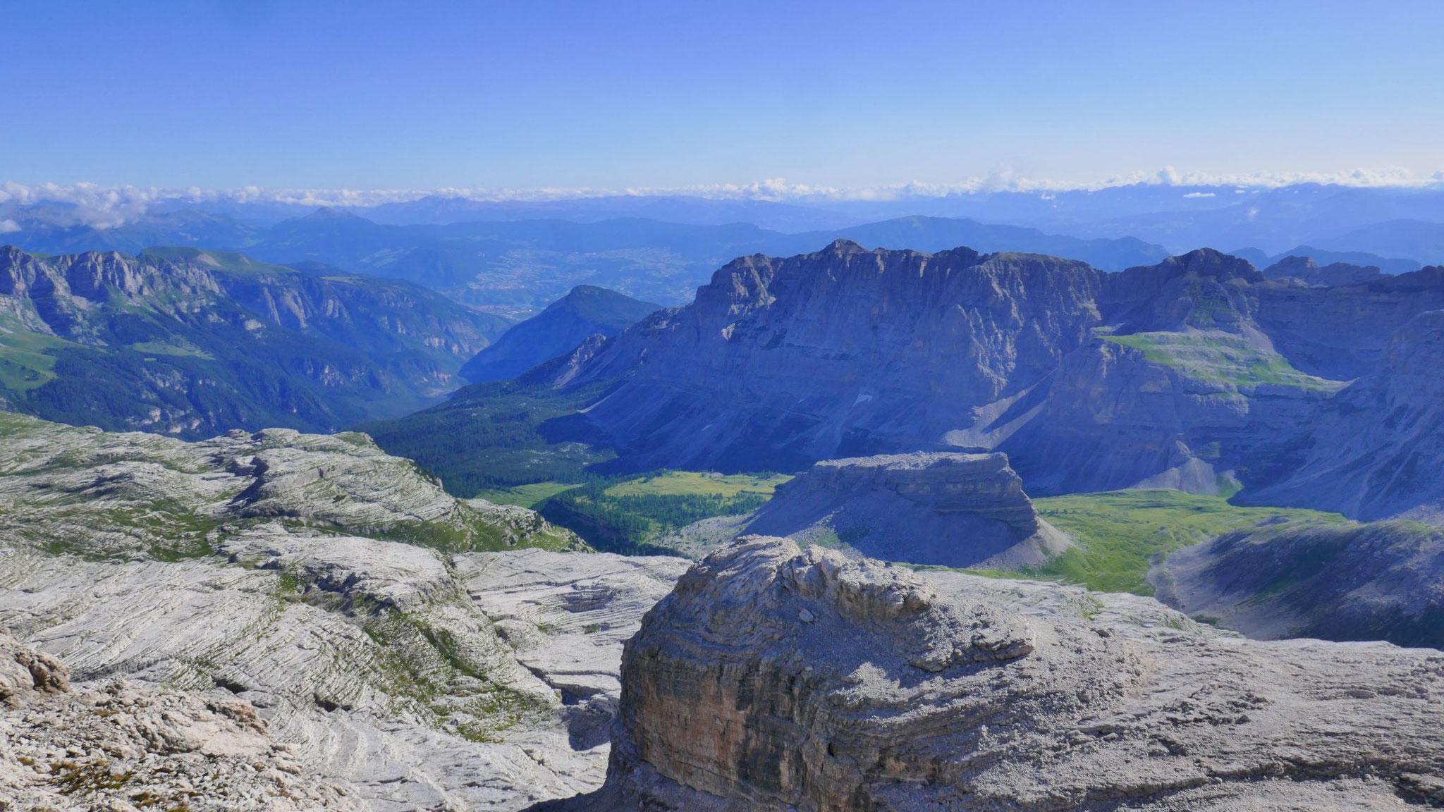 Nach Nordosten zu den Nonsbergen, Fleimstalern und Dolomiten