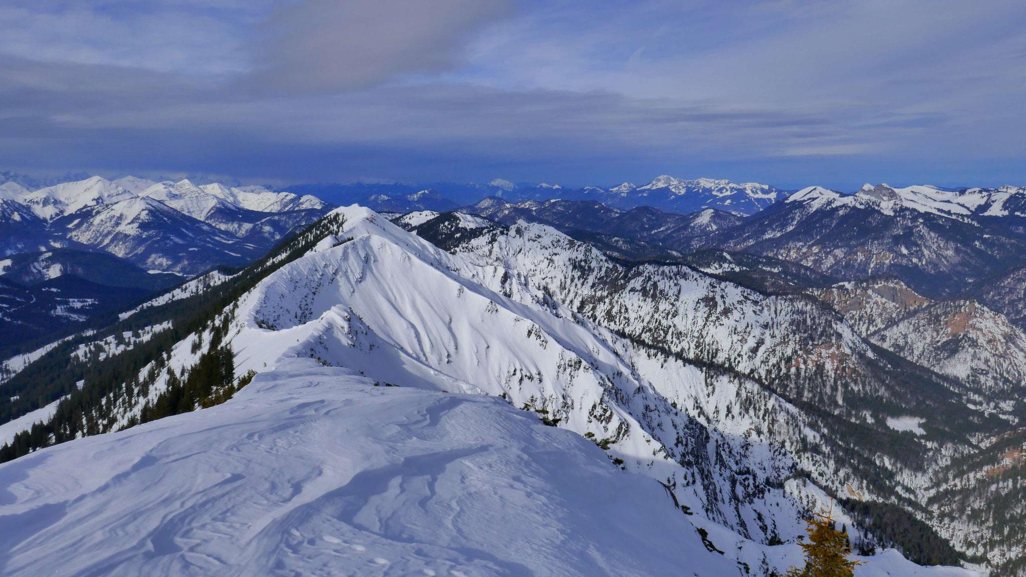 Blaubergkamm, rechts dahinter Estergebirge und Ammergauer Alpen