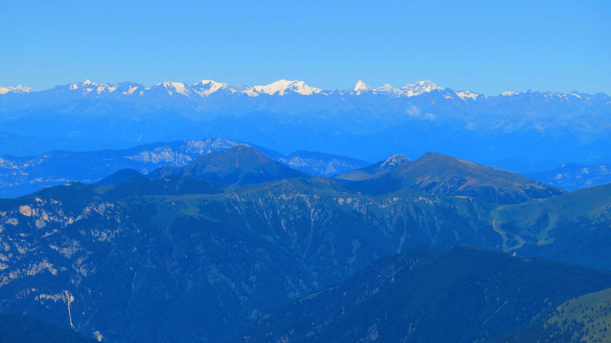 Cevedale, Königsspitze und Ortler 95km entfernt im Nordwesten