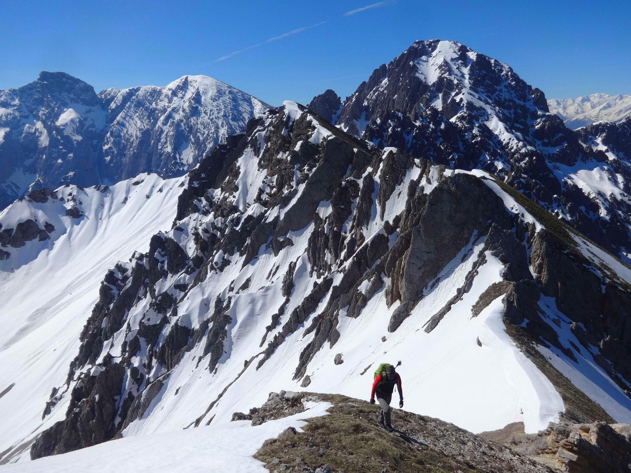 Nach der Felsstufe geht es mit einem herrlichen Panorama (im Hintergrund die Erlspitze) einfach weiter...
