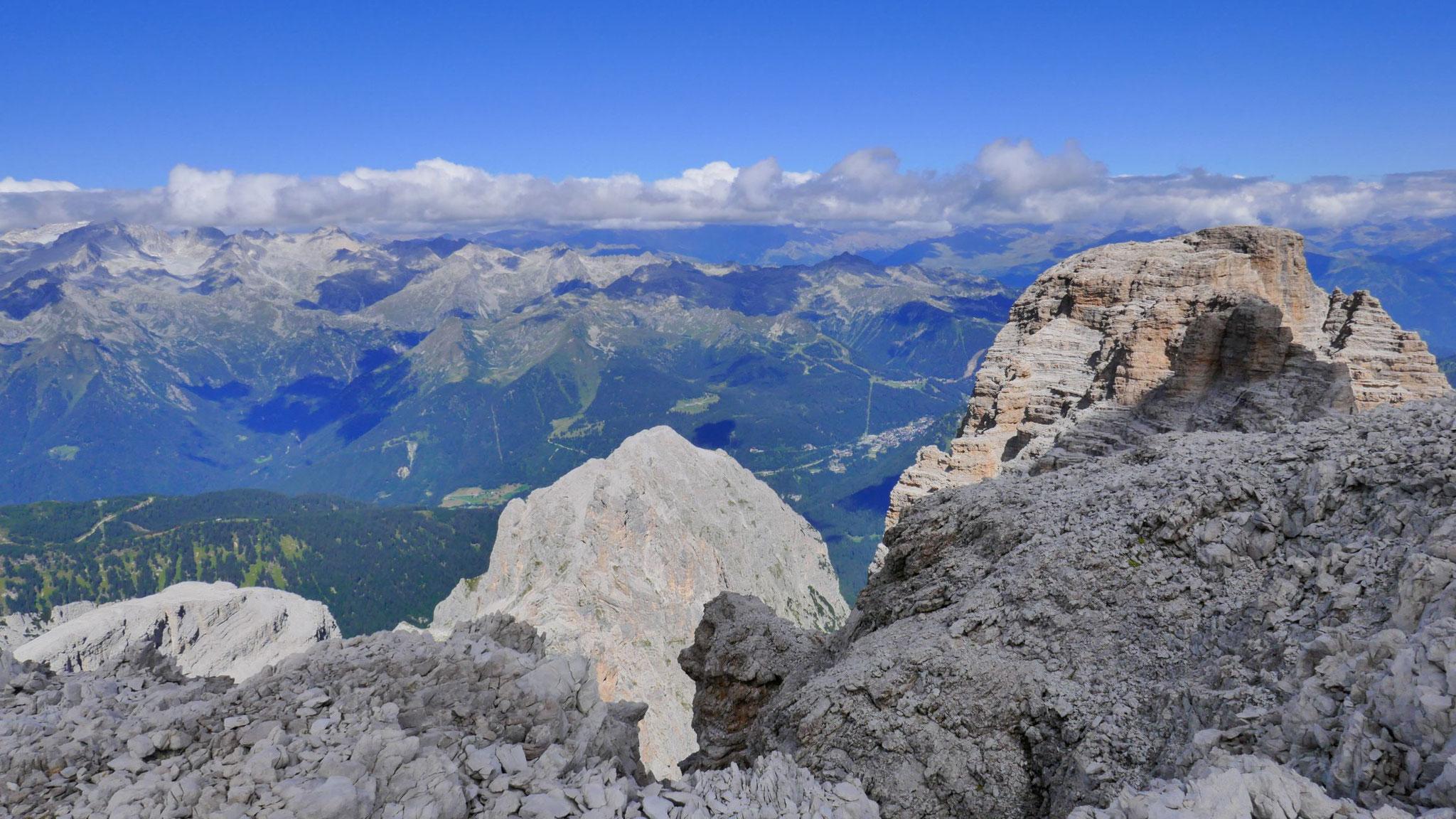 Nördliches Adamello, rechts Crozzon di Brenta, dahinter die Ortler-Alpen in Wolken