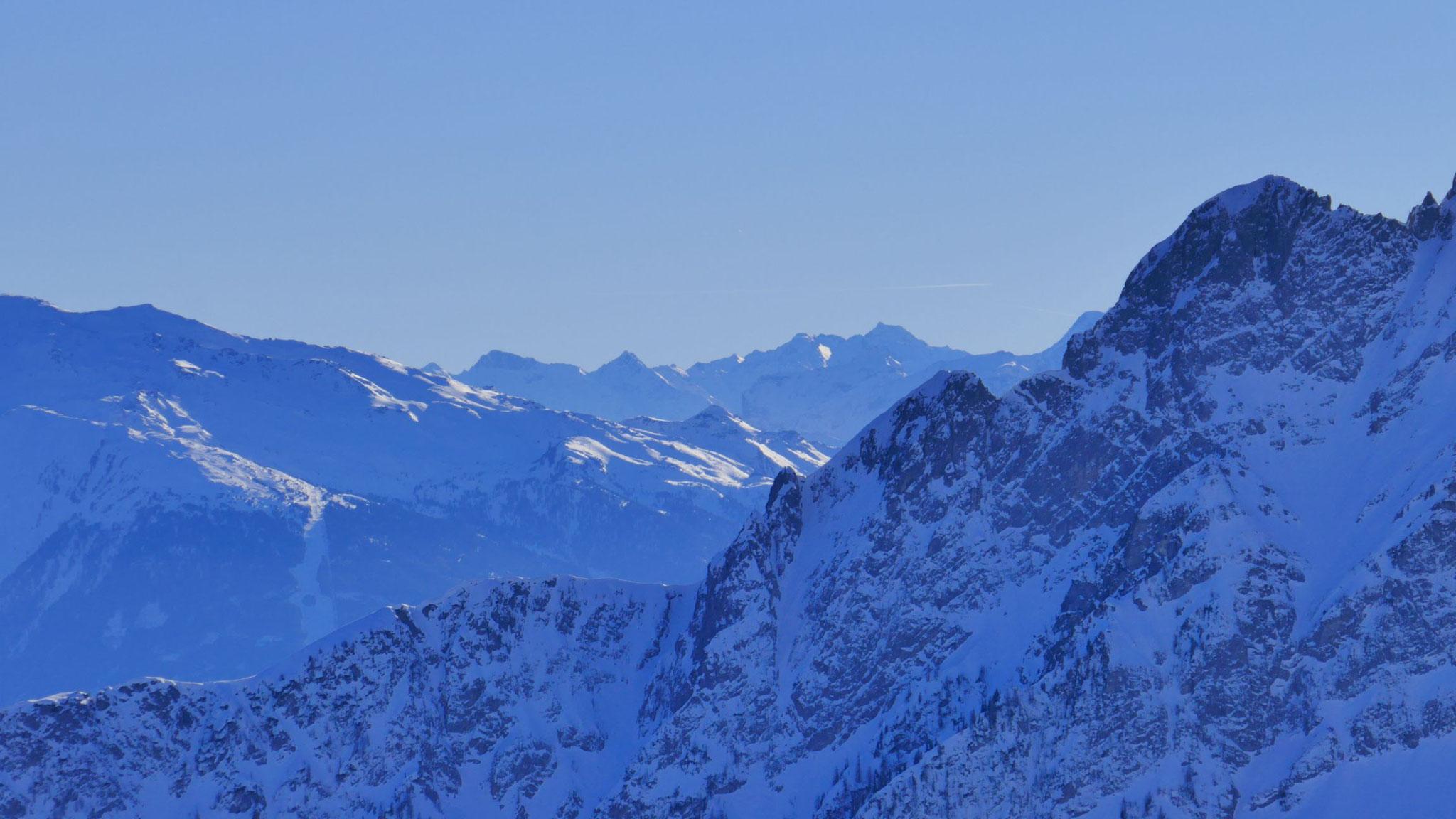Rechts Fiechter Spitze, am Horizont der Hauptkamm mit Weißwand, Schneespitze und Feuersteinen