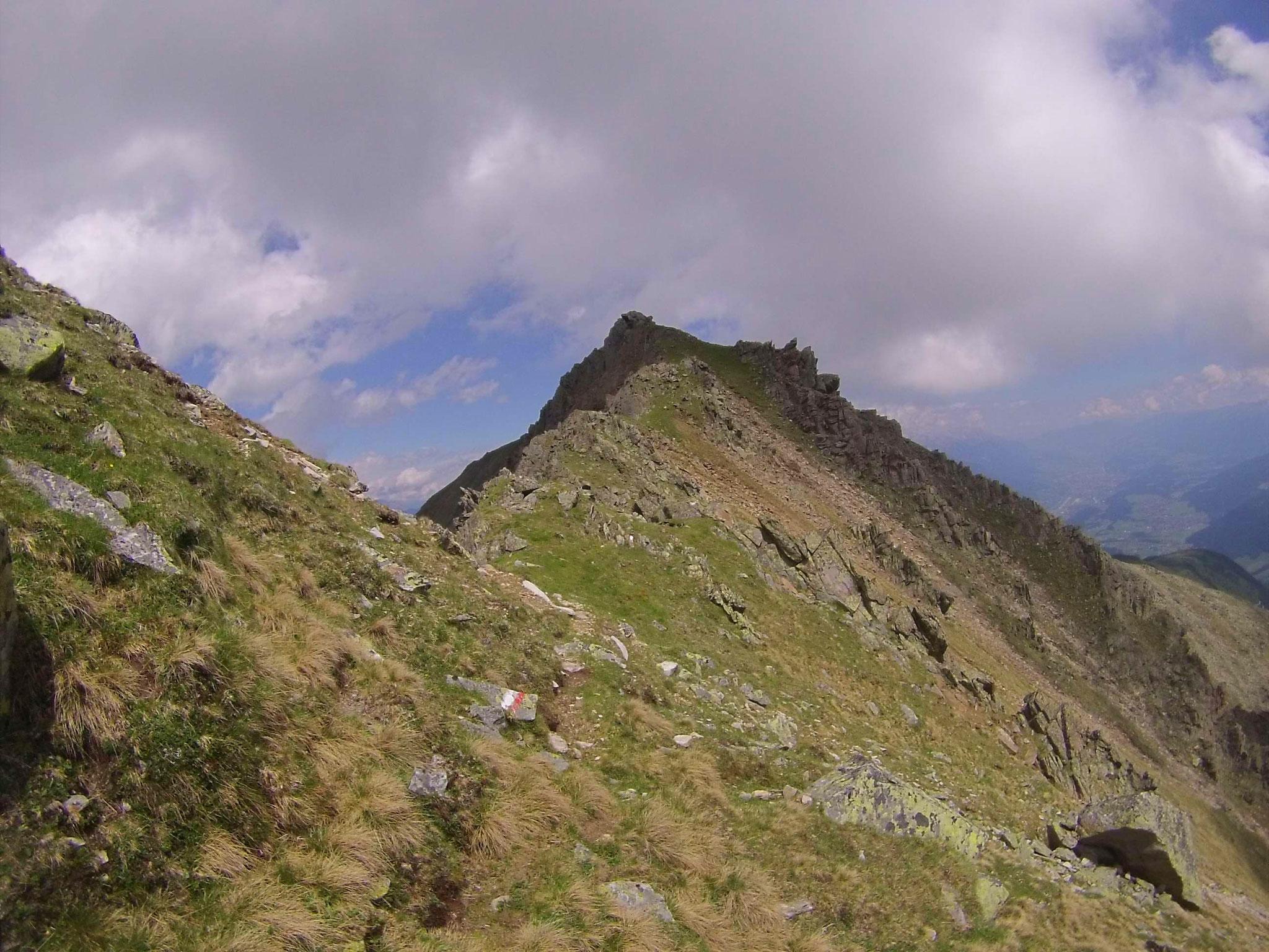 Nach dem kurzen Klettersteig kommen wir zurück ins Gehgelände am Kamm zum Rosskogel...