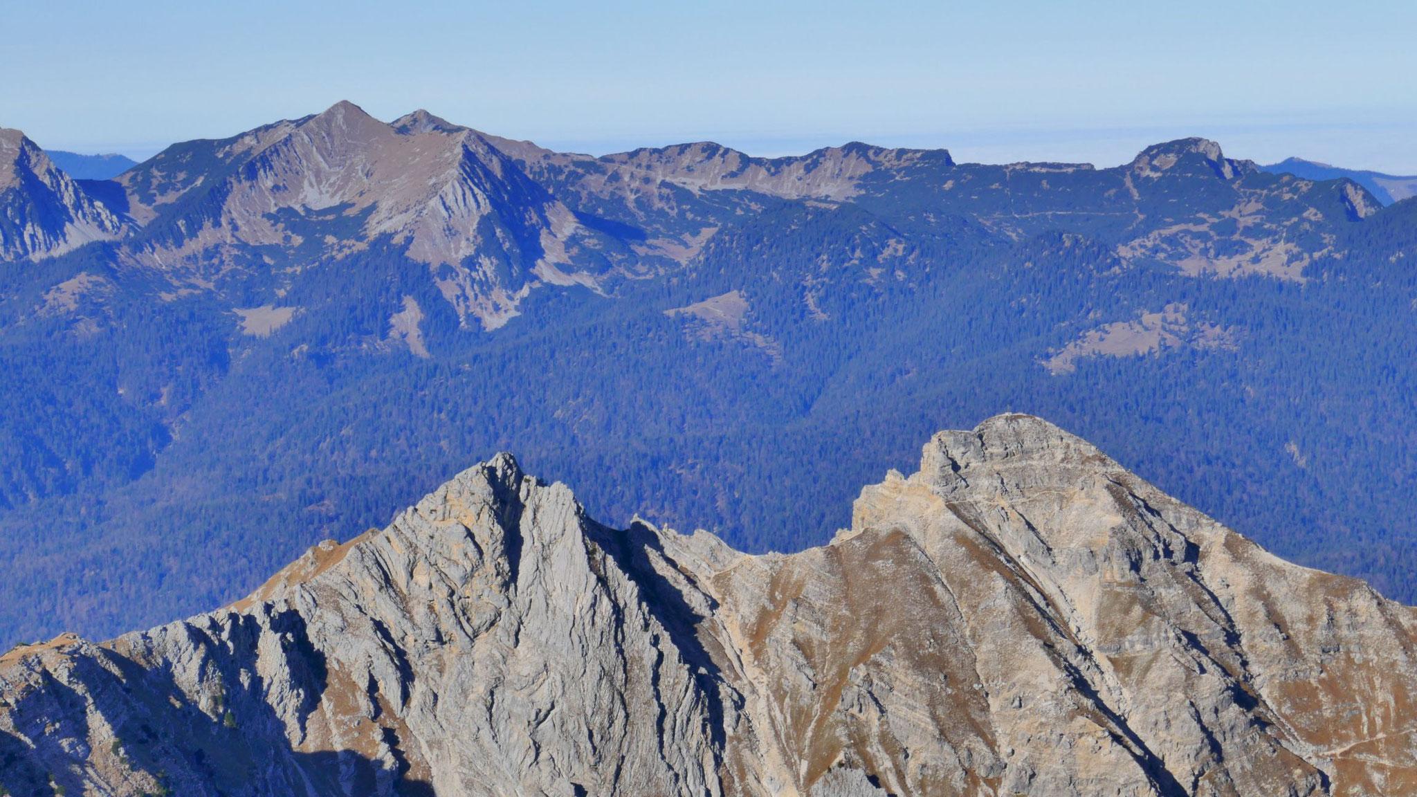 Feldernkreuz und Schöttelkarspitze, dahinter Krottenkopf im Estergebirge