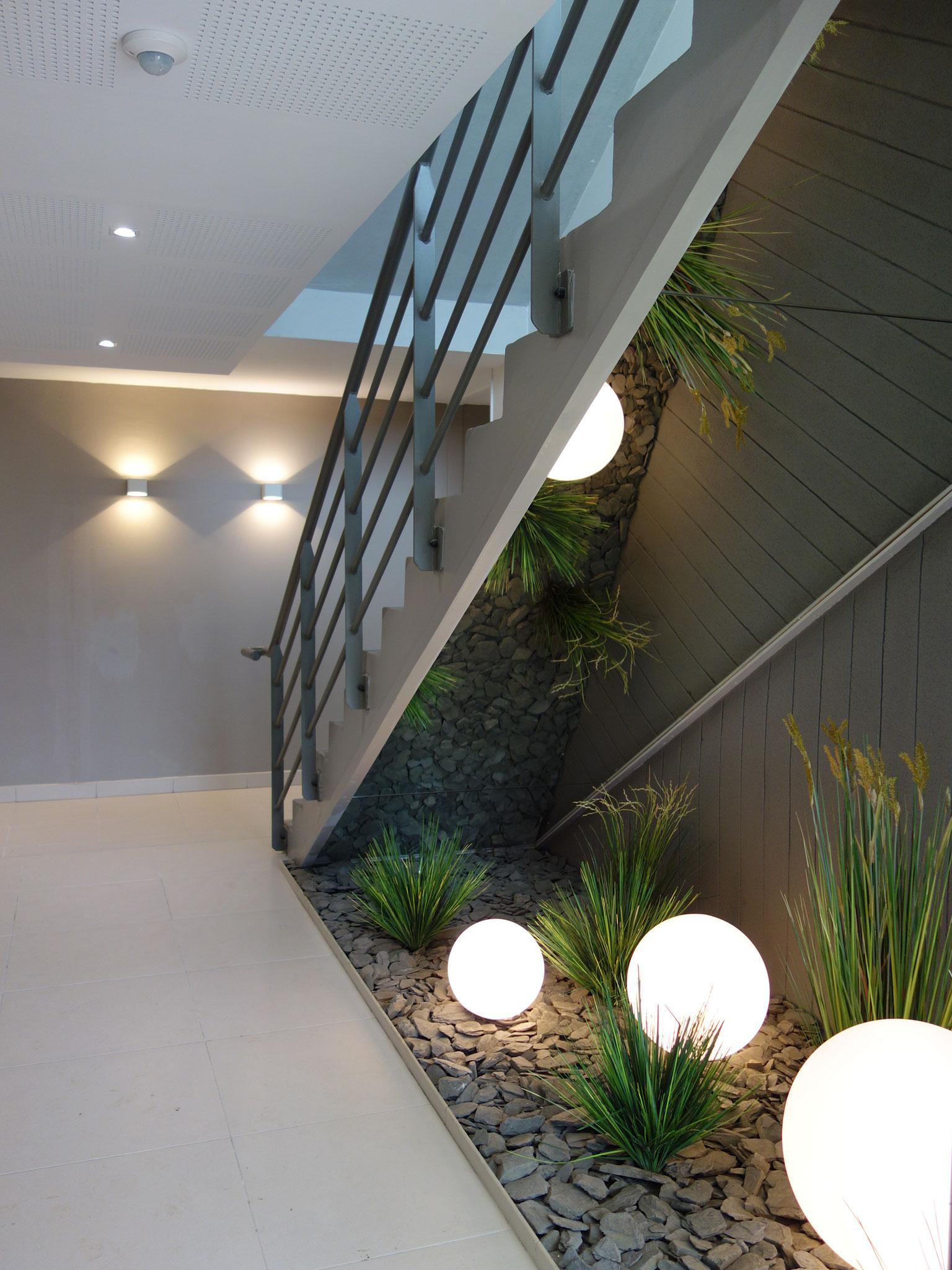 Prestation sur l'ensemble du hall et des étages : Choix des matériaux et réalisation de la jardinière sous l'escalier.
