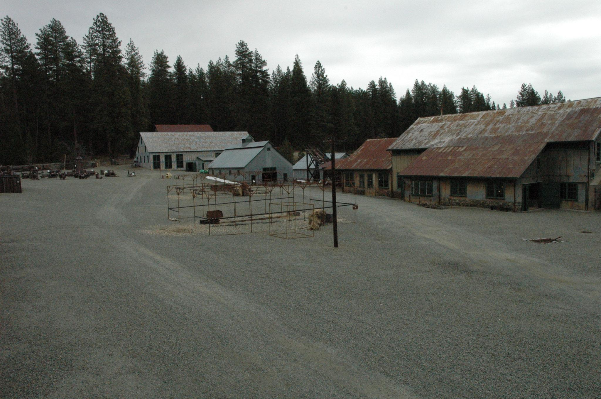 採掘機器群を製造・修理する作業場の建物