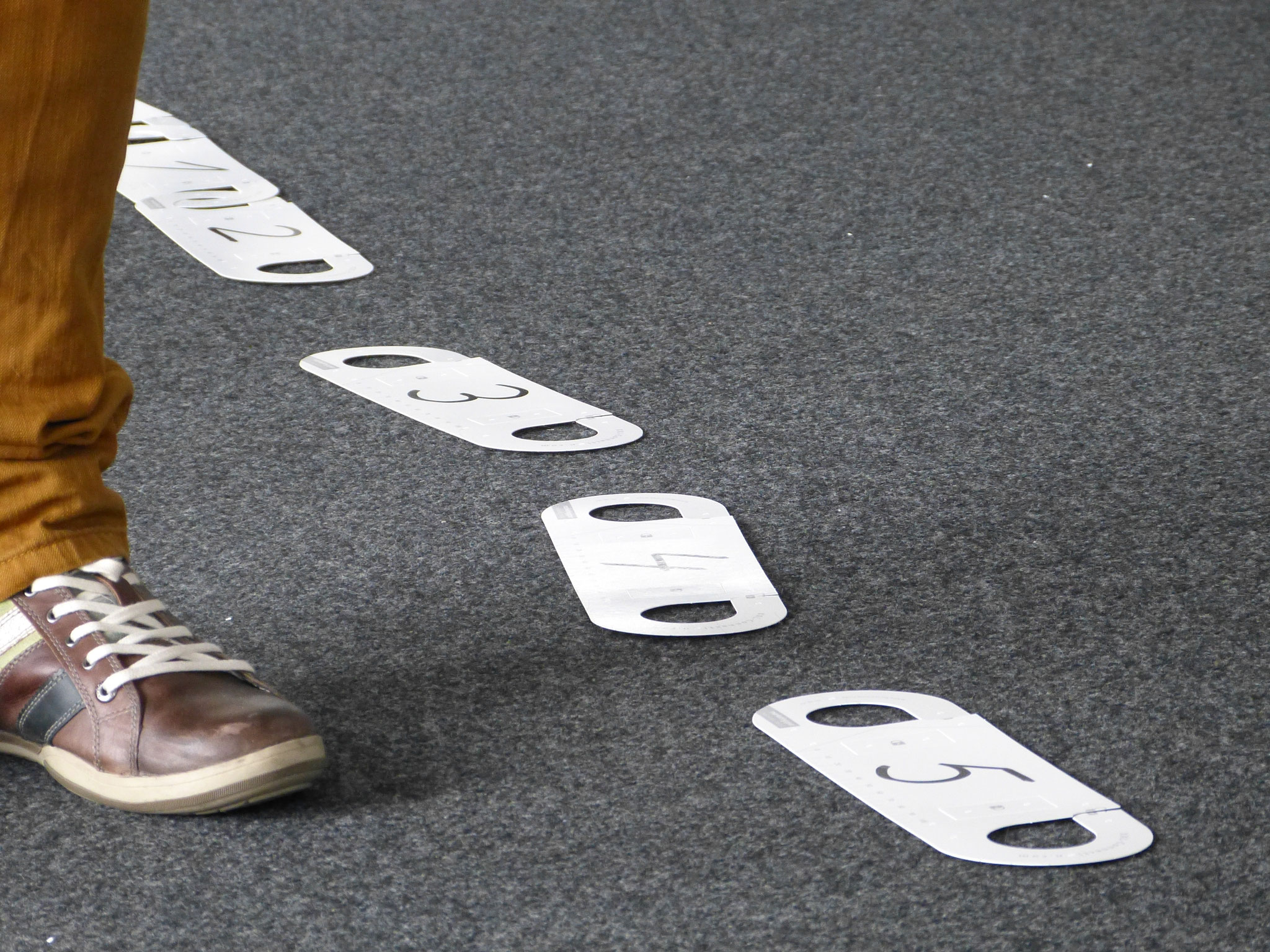 Noch liegen die Ketten-Moderationskarten lose am Boden. Wenn schlüssige Lösungen gefunden werden, dürfen Sie verbunden werden