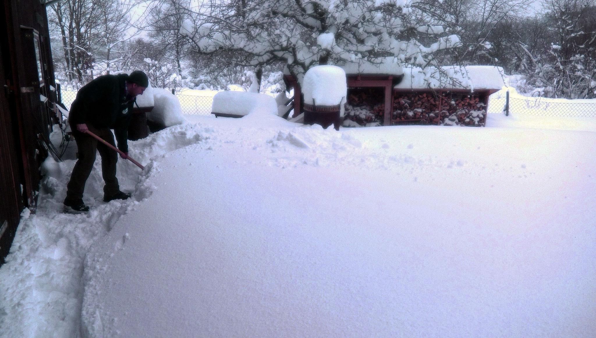 Schneemassen vor der Hütte