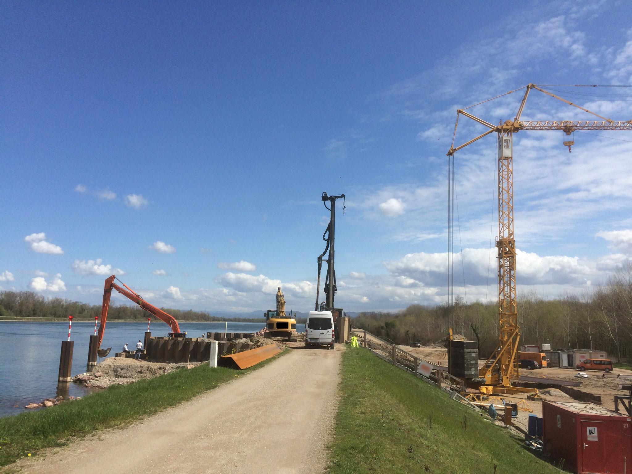 Der Kran mit seinen 8t Hubwerk wird zur Herstellung eines Einlaßbauwerks am Rhein benötigt.