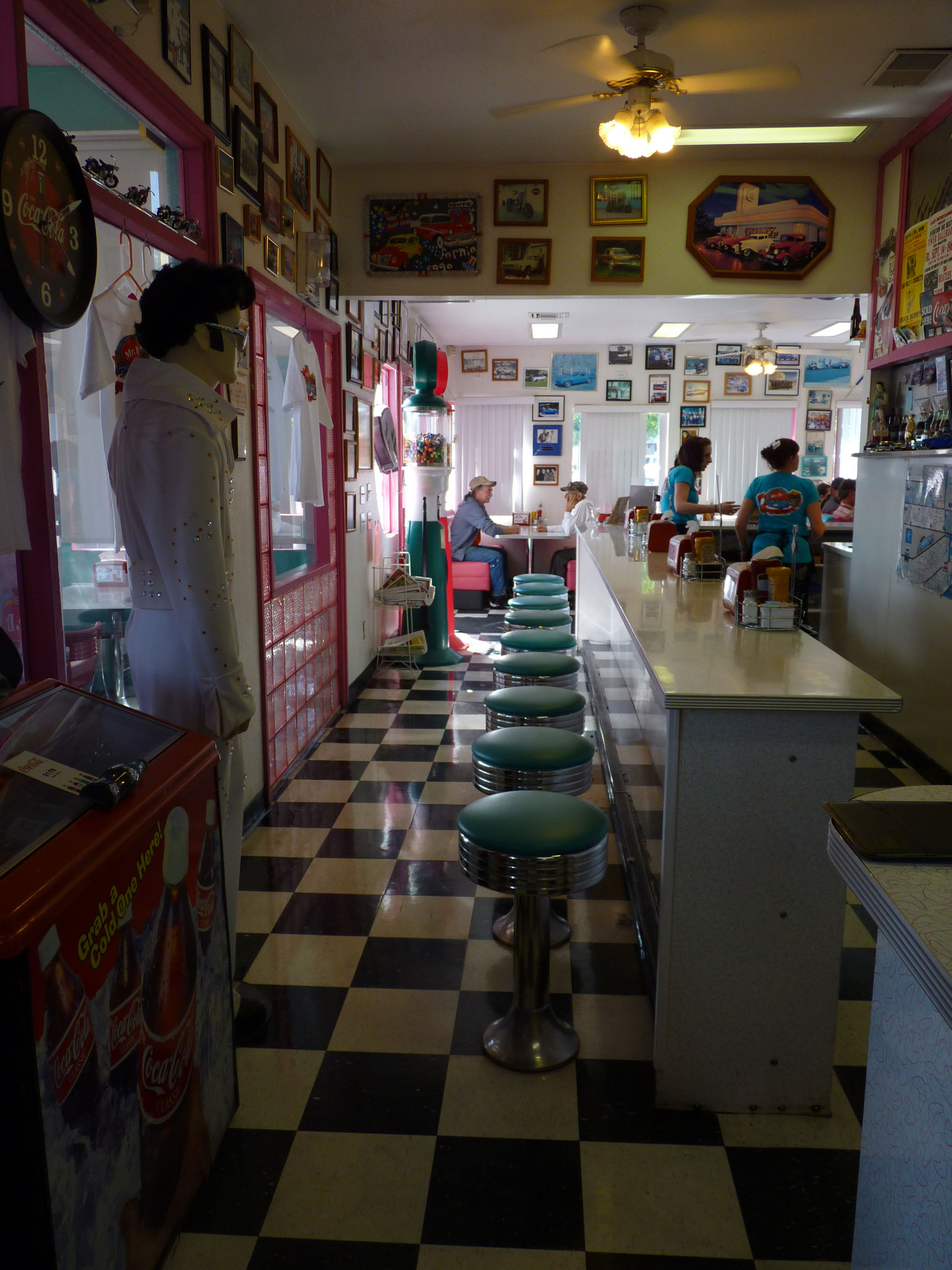 "Into the ""HomeMR D'Z RoAD 66 DIner"" de Kingman"