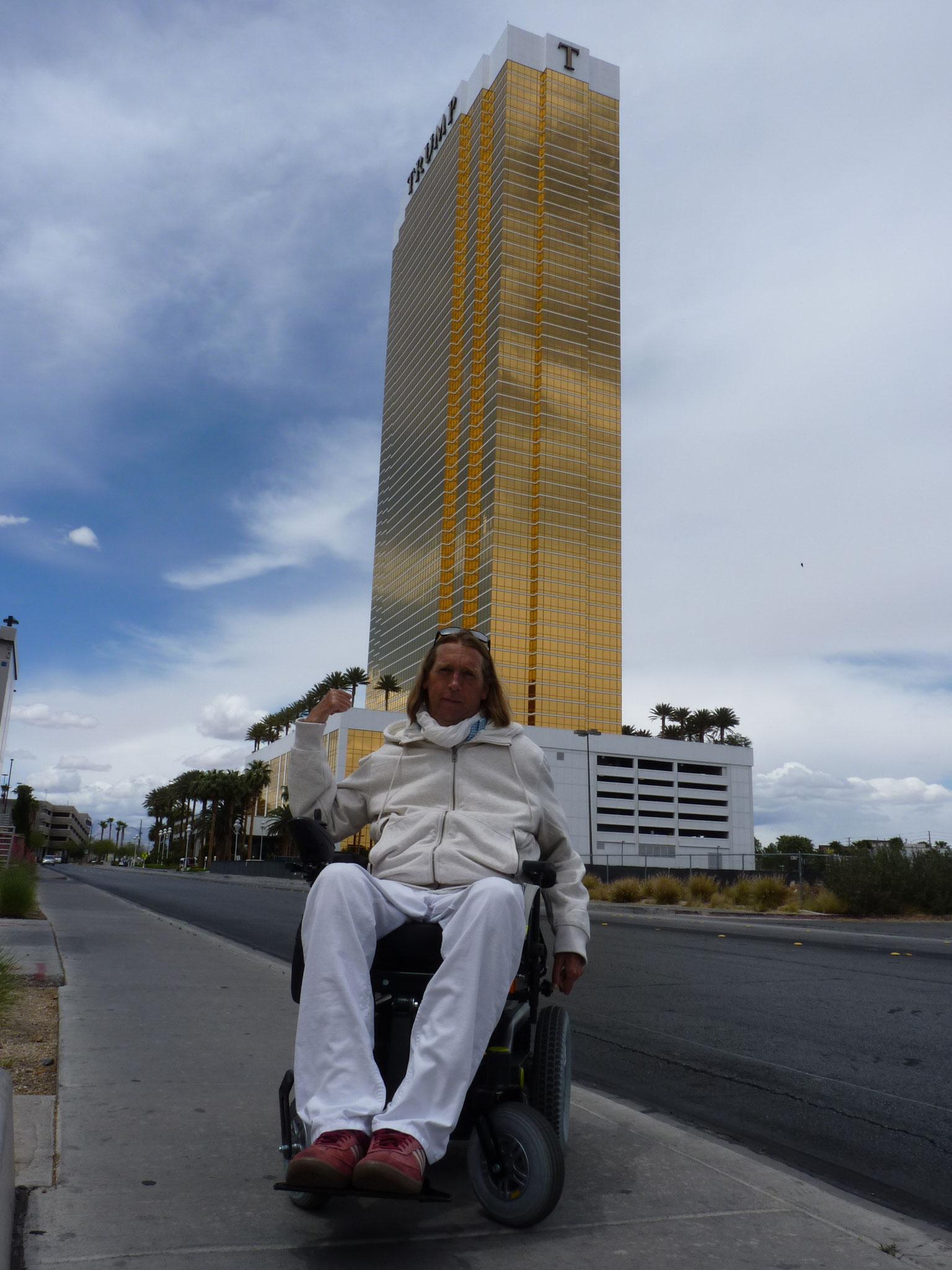 Devant le Trump Hotel de Vegas