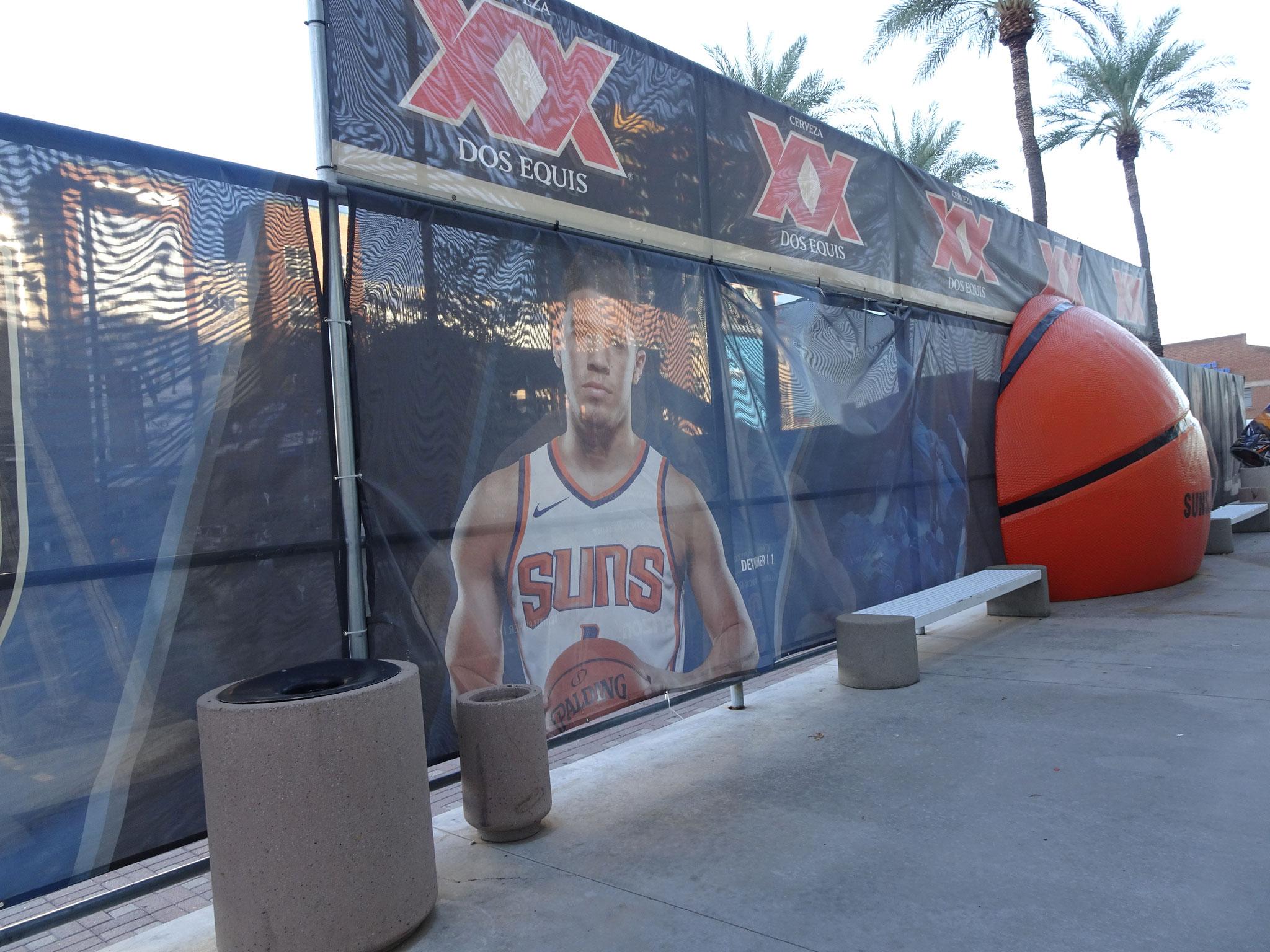 Devin Booker devant la TSRA (Phoenix)