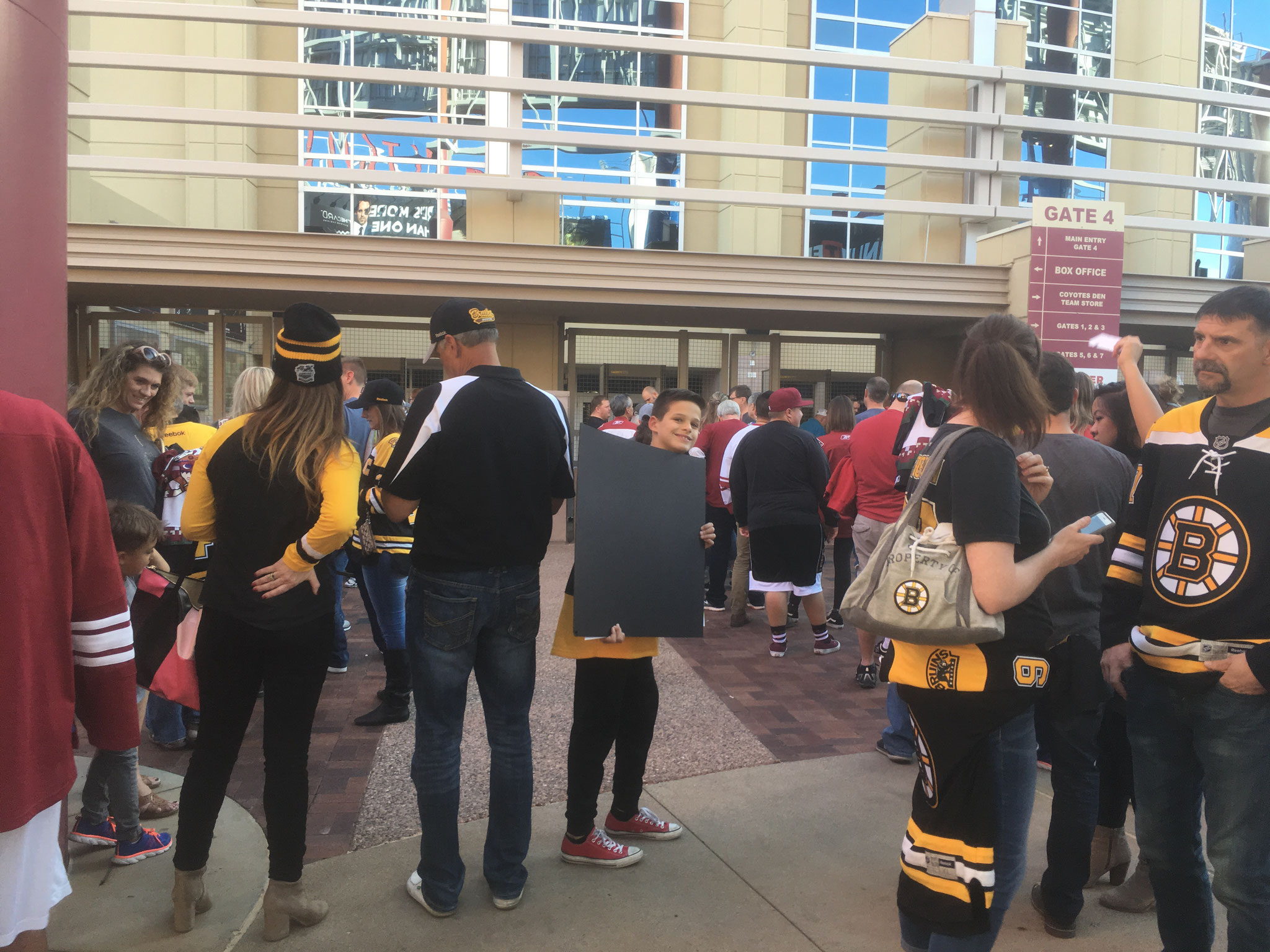 Devant la Gila River Arena : Arizona Coyotes vs Boston Bruins (2017/18)