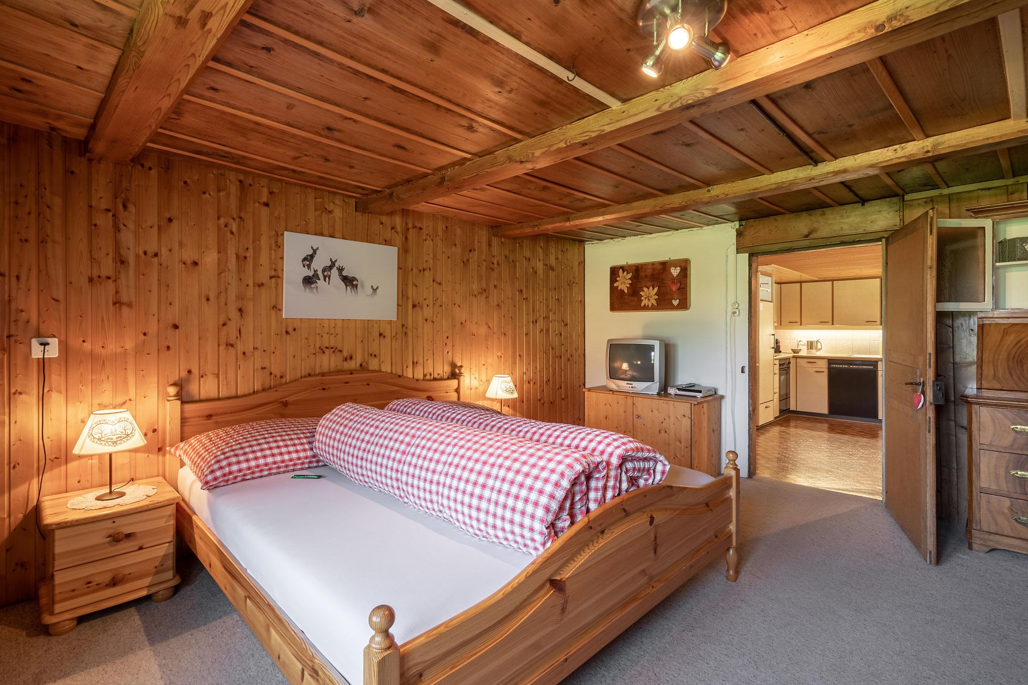 Schlafzimmer 1 mit Blick in die Küche