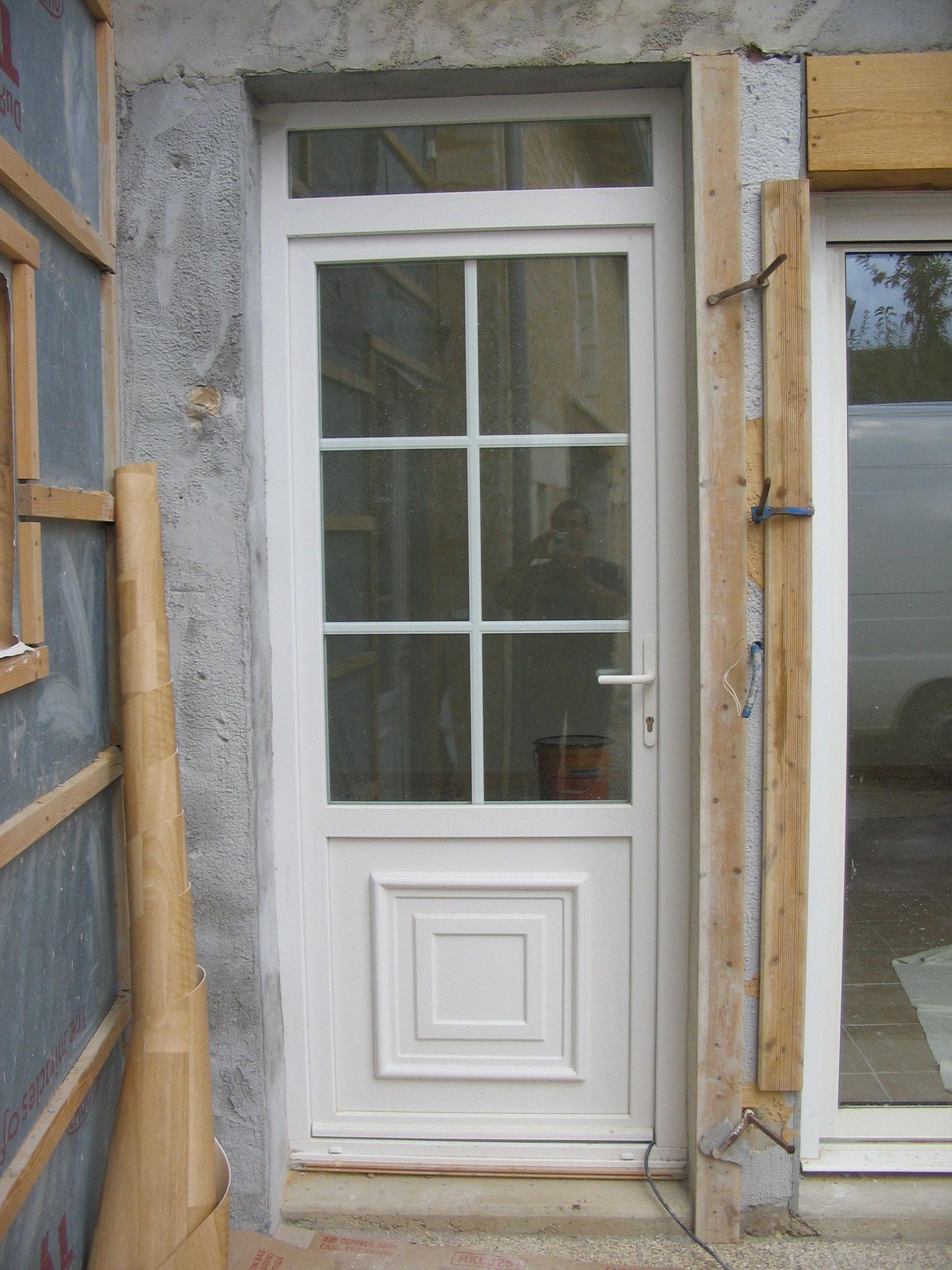 Porte fenêtre blanche avec imposte et soubassement mouluré