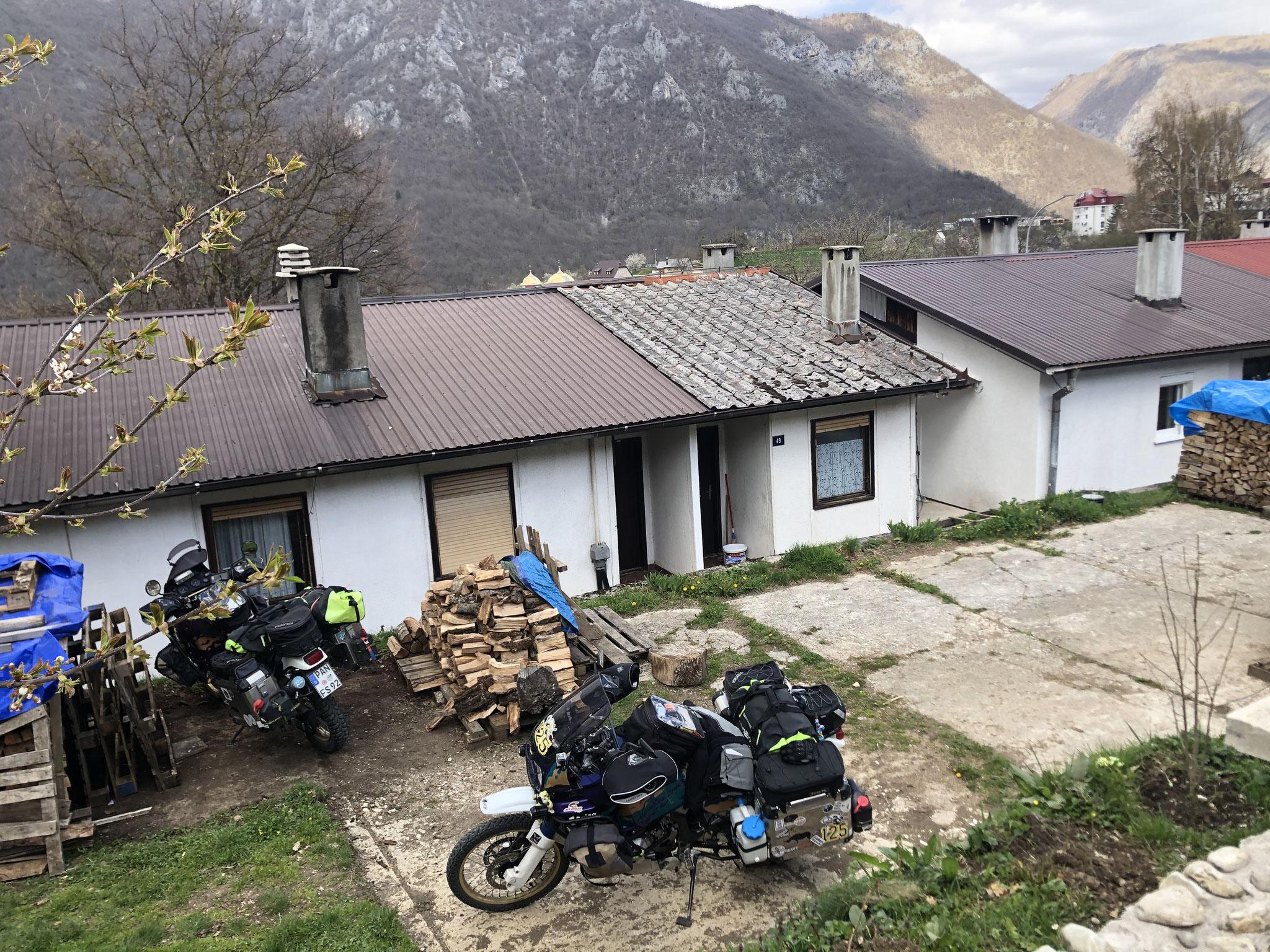 Perfekt eingeparkt bei unserer Unterkunft in Pluzine