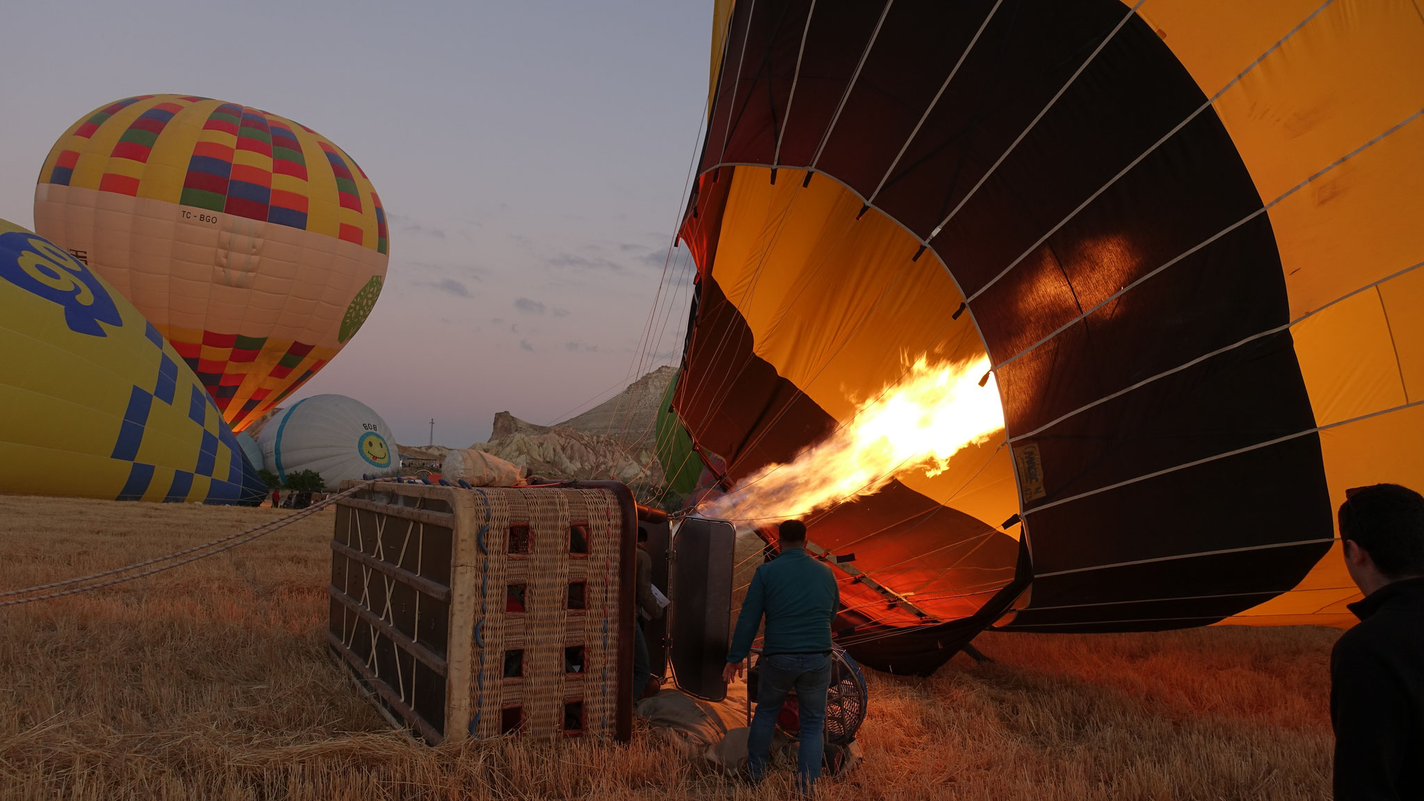 """Voller Aufregung warten wir frühmorgens, bis """"unser"""" Ballon startklar ist!"""